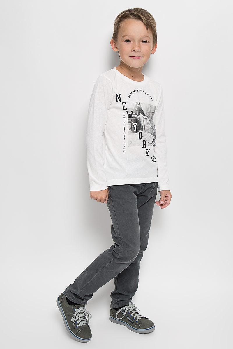 Лонгслив для мальчика Tom Tailor, цвет: белый. 1035346.00.82_2067. Размер 92/981035346.00.82_2067Лонгслив для мальчика Tom Tailor, выполненный из хлопка с добавлением полиэстера, идеально подойдет для повседневной носки. Материал мягкий и приятный на ощупь, не сковывает движения и хорошо пропускает воздух, обеспечивая комфорт.Модель с круглым вырезом горловины и длинными рукавами оформлена оригинальным принтом и надписями. Вырез горловины дополнен мягкой трикотажной резинкой.Современный дизайн, отличное качество и расцветка делают этот лонгслив стильным предметом детской одежды. Его обладатель всегда будет в центре внимания!