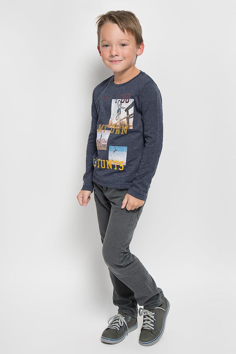 Лонгслив для мальчика Tom Tailor, цвет: темно-синий. 1035346.00.82_6811. Размер 116/1221035346.00.82_6811Лонгслив для мальчика Tom Tailor, выполненный из хлопка с добавлением полиэстера, идеально подойдет для повседневной носки. Материал мягкий и приятный на ощупь, не сковывает движения и хорошо пропускает воздух, обеспечивая комфорт.Модель с круглым вырезом горловины и длинными рукавами оформлена принтом и надписями с элементами термоаппликации. Вырез горловины дополнен мягкой трикотажной резинкой.Современный дизайн, отличное качество и расцветка делают этот лонгслив стильным предметом детской одежды. Его обладатель всегда будет в центре внимания!