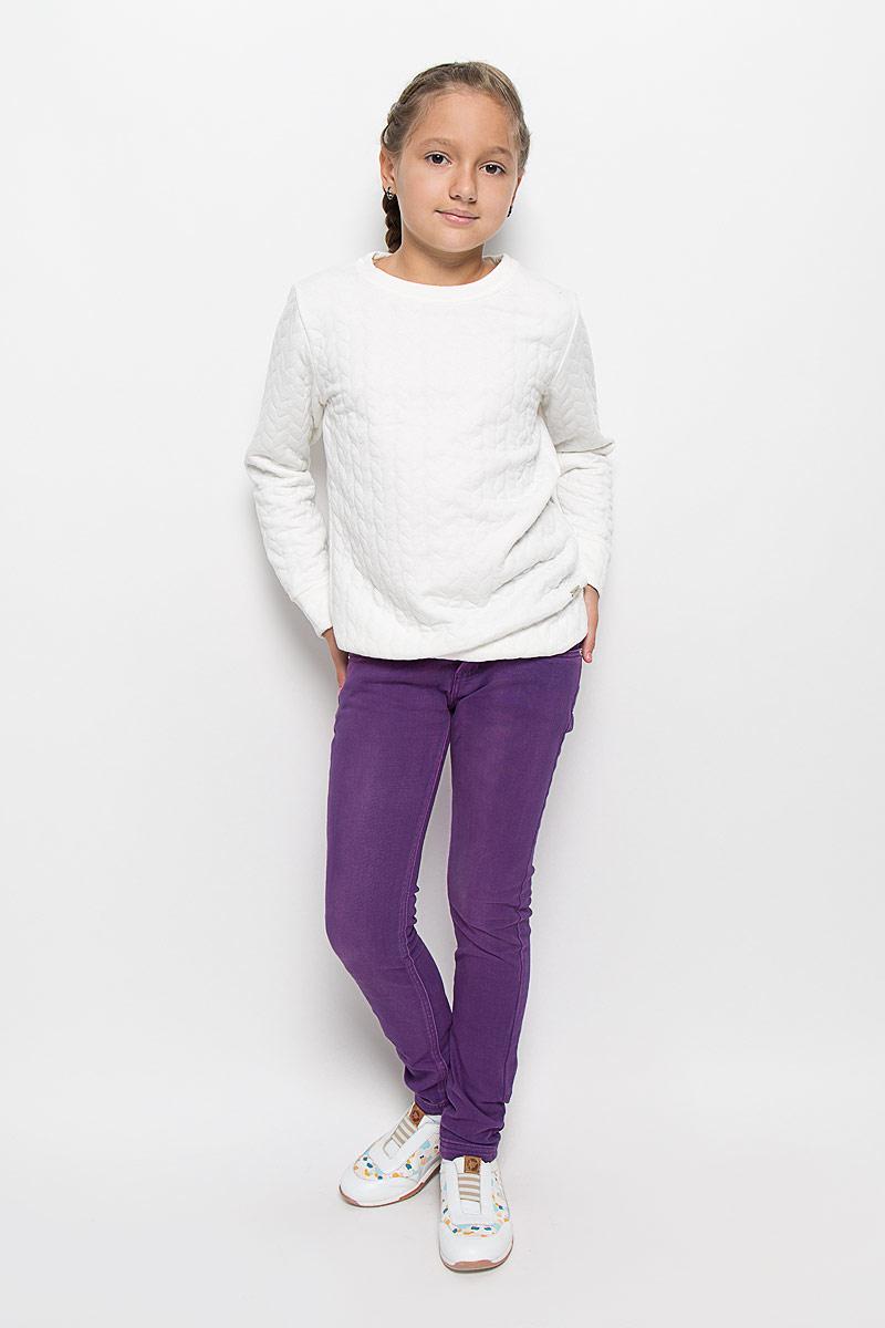 Брюки для девочки Luminoso, цвет: фиолетовый. 205827. Размер 158, 13 лет205827Стильные брюки для девочки Luminoso идеально подойдут вашей маленькой моднице. Изготовленные из эластичного хлопка, они необычайно мягкие и приятные на ощупь, не сковывают движения и позволяют коже дышать, не раздражают даже самую нежную и чувствительную кожу ребенка, обеспечивая ему наибольший комфорт. Брюки на поясе застегивается на оригинальную металлическую пуговицу и имеют ширинку на застежке-молнии, шлевки для ремня. При необходимости пояс можно утянуть скрытой резинкой на пуговках. Брюки спереди дополнены двумя втачными карманами и одним маленьким накладным кармашком, а сзади - двумя накладными карманами.Современный дизайн и расцветка делают эти брюки модным и стильным предметом детского гардероба. В них ваша дочурка всегда будет в центре внимания!