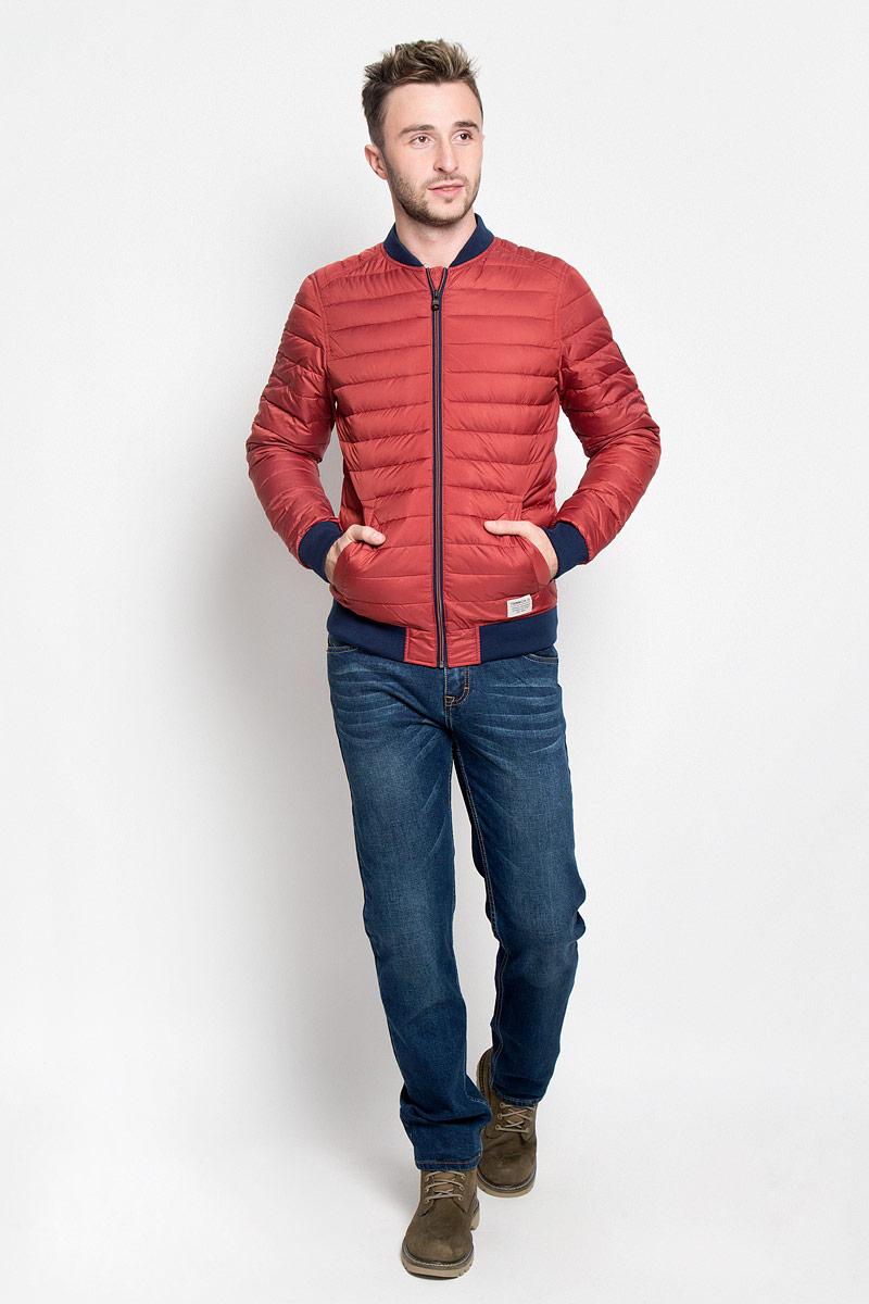 Куртка мужская Tom Tailor Denim, цвет: красный. 3532956.00.12_4681. Размер M (48)3532956.00.12_4681Стильная мужская куртка Tom Tailor Denim выполнена из полиэстера на подкладки из 100% полиэстера и рассчитана на прохладную погоду. Куртка поможет вам почувствовать себя максимально комфортно и стильно. Модель с длинными рукавами и воротником-стойкой застегивается на застежку-молнию. Воротник выполнен из трикотажной резинки. Низ рукавов и низ модели обработаны широкой эластичной манжетой. Куртка дополнена двумя прорезными карманами на кнопке. Модный дизайн и практичность - отличный выбор на каждый день!