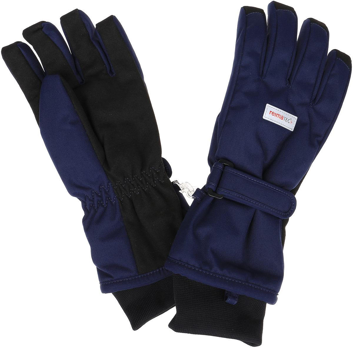 Перчатки детские Reima Reimatec+ Tartu, цвет: синий. 527251-6980. Размер 8527251-6980Детские перчатки Reima Reimatec+ Tartu станут идеальным вариантом для холодной зимней погоды. На подкладке используется высококачественный полиэстер, который хорошо удерживает тепло.Для большего удобства на запястьях перчатки дополнены хлястиками на липучках с внешней стороны, а на ладошках, кончиках пальцев и с внутренней стороны большого пальца - усиленными водонепроницаемивставками Hipora. Теплая флисовая подкладка дарит коже ощущение комфорта и уюта. С внешней стороны перчатки оформлены светоотражающими нашивками с логотипом бренда. Высокая степень утепления. Перчатки станут идеальным вариантом для прохладной погоды, в них ребенку будет тепло и комфортно. Водонепроницаемость: Waterpillar over 10 000 mm