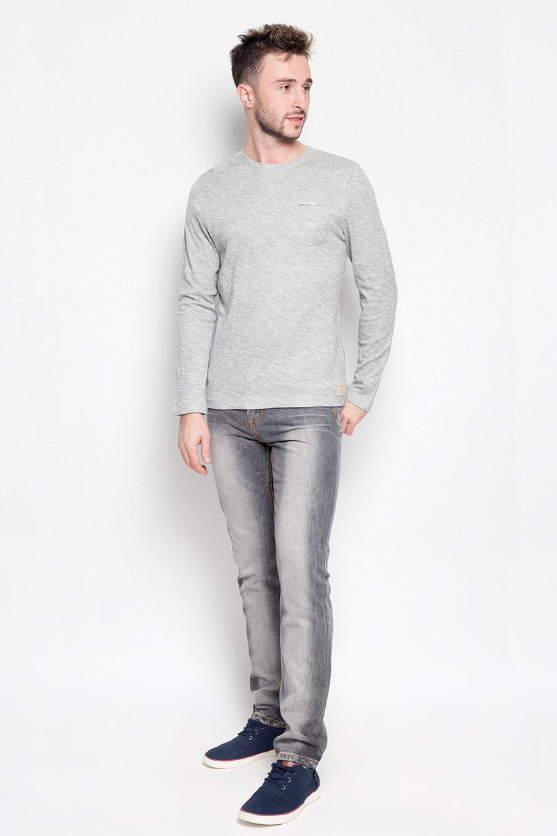 Лонгслив мужской Tom Tailor, цвет: серый меланж. 1035607.00.10_2720. Размер M (48)1035607.00.10_2720Мужской лонгслив Tom Tailor прекрасно подойдет для повседневной носки. Он выполнен из хлопка с добавлением вискозы, необычайно мягкий и приятный на ощупь, не стесняет движений, хорошо вентилируется. Модель с круглым вырезом горловины и длинными рукавами имеет на груди накладной карман. Вырез горловины дополнен трикотажной резинкой. По бокам изделие оформлено контрастной прострочкой. Лонгслив украшен фирменной нашивкой.Такой лонгслив станет отличным дополнением к вашему гардеробу, он подарит вам комфорт в течение всего дня!