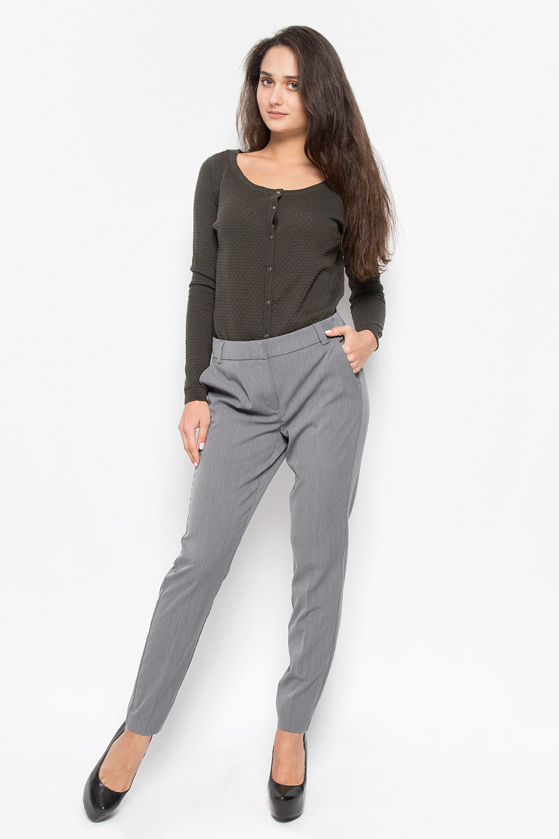 Брюки женские Vero Moda, цвет: серый меланж. 10146832. Размер 40 (46)10146832_Medium Grey MelangeСтильные женские брюки Vero Moda - это изделие высочайшего качества, которое превосходно сидит и подчеркнет все достоинства вашей фигуры. Свободные брюки стандартной посадки выполнены из полиэстера с добавлением вискозы и эластана, что обеспечивает комфорт и удобство при носке.Брюки застегиваются на один крючок, пуговицу в поясе и ширинку на застежке-молнии. Брюки оформлены стрелками и дополнены двумя втачными карманами спереди и двумя втачными карманами-обманками сзади. Эти модные и в то же время комфортные брюки послужат отличным дополнением к вашему гардеробу и помогут создать неповторимый современный образ.