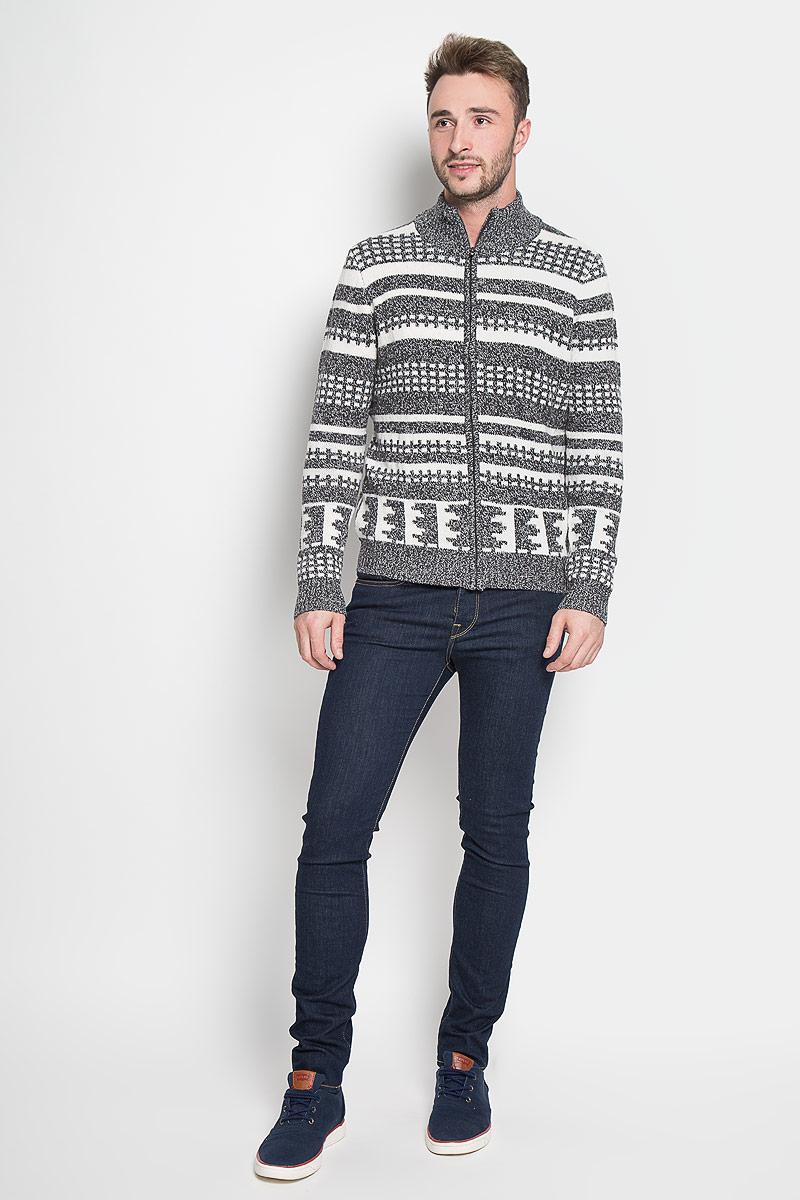 Кофта мужская Sela Casual Wear, цвет: темно-серый, белый. CN-214/833-6424. Размер XL (52)CN-214/833-6424Мужская кофта Sela Casual Wear, выполненная из полиэстера с добавлением акрила и шерсти, подчеркнет ваш уникальный стиль и поможет создать оригинальный образ. Такой материал великолепно пропускает воздух, обеспечивая необходимую вентиляцию, приятен к телу и превосходно тянется, обеспечивая комфортную посадку по фигуре. Кофта с длинными рукавами и воротником-стойкой застегивается на застежку-молнию спереди. Модель оформлена оригинальным геометрическим орнаментом, манжеты рукавов, воротник и низ связаны резинкой. Такая кофта будет дарить вам комфорт в течение всего дня и послужит замечательным дополнением к вашему гардеробу.