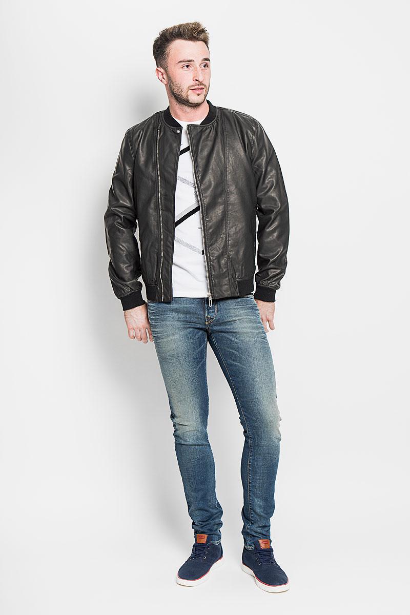 Куртка мужская Only & Sons, цвет: черный. 22004373. Размер XL (50)22004373_BlackУдобная мужская куртка Only & Sons согреет вас в прохладную погоду. Модель с длинными рукавами и круглым вырезом горловины застегивается на асимметричную застежку-молнию. Куртка выполнена из искусственной кожи и имеет оригинальную кожаную текстуру. Куртка дополнена двумя втачными карманами на кнопках спереди. Низ изделия, манжеты и горловина дополнены трикотажной резинкой. Такая куртка будет дарить вам комфорт в течение всего дня и послужит замечательным дополнением к вашему гардеробу.