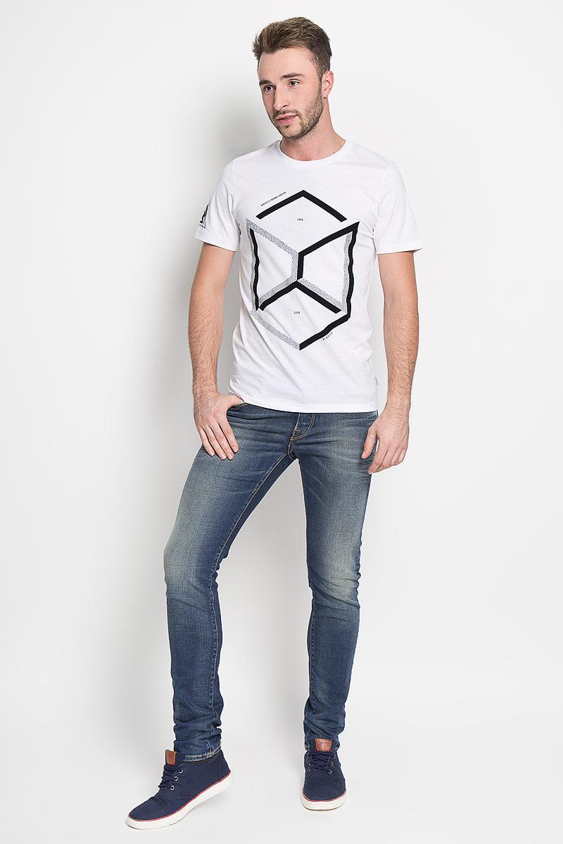 Джинсы мужские Jack & Jones, цвет: синий. 12111024. Размер 34-34 (48/50-34)12111024_Blue DenimМодные мужские джинсы Jack & Jones - это джинсы высочайшего качества, которые прекрасно сидят. Они выполнены из высококачественного эластичного хлопка, что обеспечивает комфорт и удобство при носке. Джинсы-слим станут отличным дополнением к вашему современному образу. Джинсы застегиваются на пуговицу в поясе и ширинку на пуговицах, дополнены шлевками для ремня. Джинсы имеют классический пятикарманный крой: спереди модель дополнена двумя втачными карманами и одним маленьким накладным кармашком, а сзади - двумя накладными карманами. Модель оформлена перманентными складками и эффектом потертости.Эти модные и в то же время комфортные джинсы послужат отличным дополнением к вашему гардеробу.