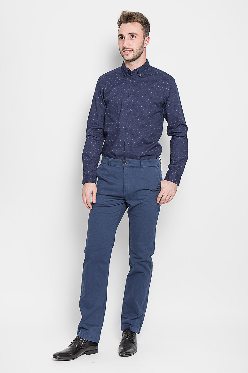 Брюки мужские Sela Casual Wear, цвет: темно-синий. P-215/510-6323. Размер XS (44)P-215/510-6323Стильные мужские брюки Sela Casual Wear, выполненные из эластичного хлопка, отлично дополнят ваш образ. Материал изделия плотный, тактильно приятный, позволяет коже дышать. Брюки застегиваются на пуговицу и имеют ширинку на застежке-молнии. На поясе предусмотрены шлевки для ремня. Спереди модель дополнена двумя втачными карманами со скошенными краями, сзади - двумя врезными карманами на пуговицах. Высокое качество кроя и пошива, дизайн и расцветка придают изделию неповторимый стиль и индивидуальность. Модель займет достойное место в вашем гардеробе!
