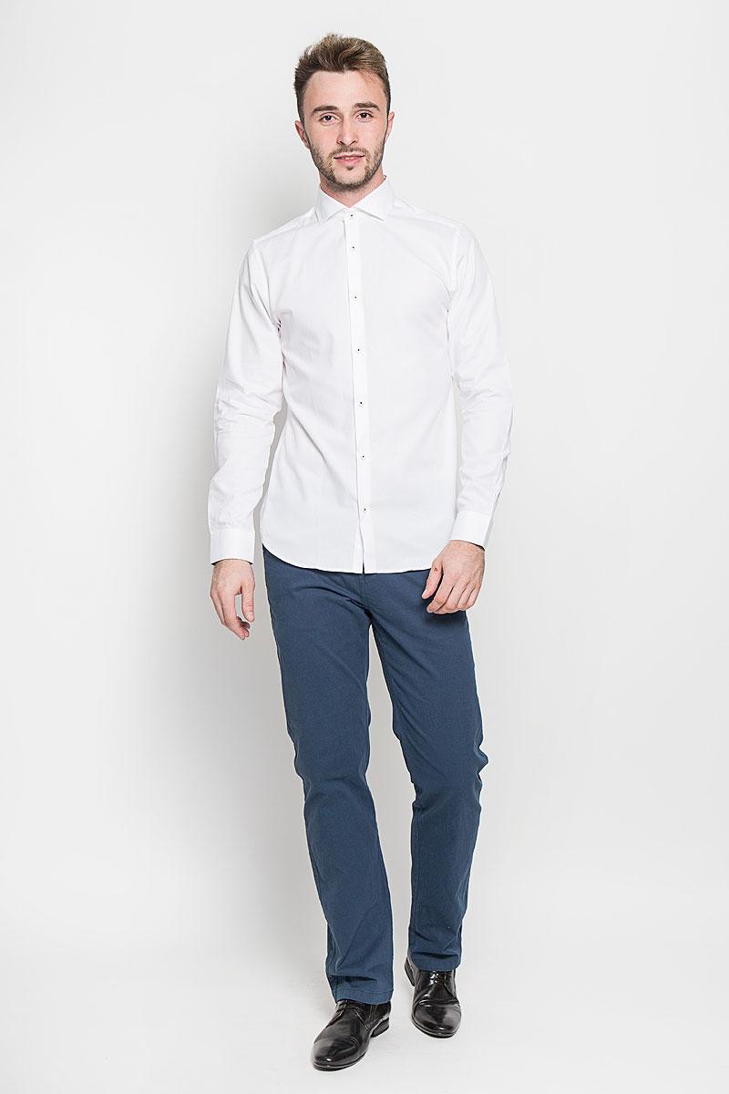 Рубашка мужская Jack & Jones, цвет: белый. 12108806. Размер XL (50)12108806_WhiteСтильная мужская рубашка Jack & Jones, выполненная из натурального хлопка, подчеркнет ваш уникальный стиль и поможет создать оригинальный образ. Такой материал великолепно пропускает воздух, обеспечивая необходимую вентиляцию, а также обладает высокой гигроскопичностью. Рубашка с длинными рукавами и отложным воротником застегивается на пуговицы спереди. Манжеты рукавов также застегиваются на пуговицы. Классическая рубашка приталенного силуэта - превосходный вариант для базового мужского гардероба и отличное решение на каждый день.Такая рубашка будет дарить вам комфорт в течение всего дня и послужит замечательным дополнением к вашему гардеробу.