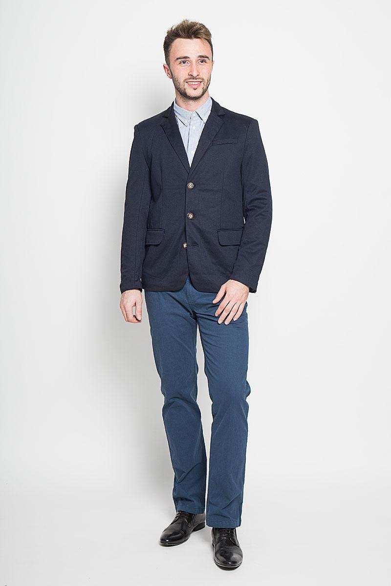 Пиджак мужской Finn Flare, цвет: темно-синий. A16-21007_101. Размер S (46)A16-21007_101Стильный мужской пиджак Finn Flare изготовлен из высококачественного материала, обеспечивающего комфорт и удобство при носке. Подкладка изделия выполнена из 100% полиэстера.Пиджак с длинными рукавами и отложным воротником с лацканами застегивается на три пуговицы. Модель оснащена прорезным карманом на груди и двумя прорезными карманами с клапанами в нижней части изделия. Внутри расположен один потайной-прорезной карман. На спинке предусмотрена шлица, расположенная в среднем шве.Низ рукавов декорирован пуговицами.Этот модный пиджак станет отличным дополнением к вашему гардеробу!