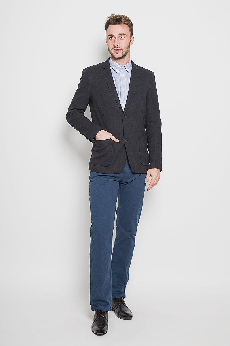 Пиджак мужской Finn Flare, цвет: темно-серый. A16-42009_202. Размер L (50)A16-42009_202Стильный мужской пиджак Finn Flare изготовлен из высококачественного материала, обеспечивающего комфорт и удобство при носке. Подкладка изделия выполнена из 100% полиэстера.Пиджак с длинными рукавами и отложным воротником с лацканами застегивается на три пуговицы. Модель оснащена двумя накладными карманами спереди, один из карманов дополнен небольшой металлической пластиной с названием бренда. Внутри расположен один потайной-прорезной карман. На спинке предусмотрена шлица, расположенная в среднем шве.Низ рукавов декорирован пуговицами.Этот модный пиджак станет отличным дополнением к вашему гардеробу!