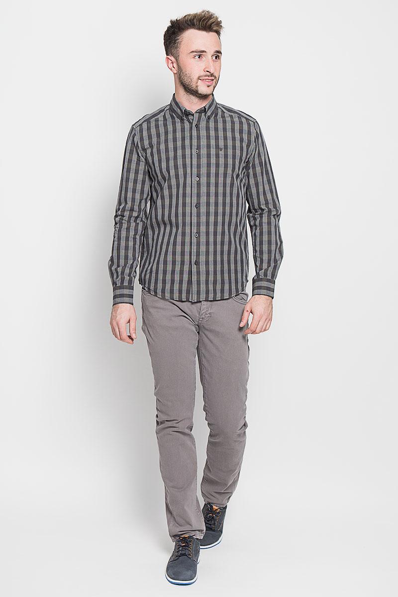 Рубашка мужская Wrangler, цвет: темно-серый, темно-синий. W59244L16. Размер M (48)W59244L16Стильная мужская рубашка Wrangler, выполненная из 100% хлопка, подчеркнет ваш уникальный стиль и поможет создать оригинальный образ. Такой материал великолепно пропускает воздух, обеспечивая необходимую вентиляцию, а также обладает высокой гигроскопичностью. Рубашка с длинными рукавами и отложным воротником застегивается на пуговицы спереди. Рукава рубашки дополнены манжетами, которые также застегиваются на пуговицы. Модель выполнена стильным принтом в клетку. На груди вышит логотип бренда.Классическая рубашка - превосходный вариант для базового мужского гардероба. Такая рубашка будет дарить вам комфорт в течение всего дня и послужит замечательным дополнением к вашему гардеробу