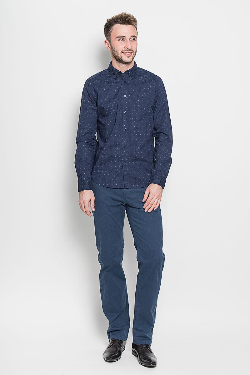 Рубашка мужская Wrangler, цвет: темно-синий. W59241PRQ. Размер S (44)W59241PRQСтильная мужская рубашка Wrangler, выполненная из 100% хлопка, подчеркнет ваш уникальный стиль и поможет создать оригинальный образ. Такой материал великолепно пропускает воздух, обеспечивая необходимую вентиляцию, а также обладает высокой гигроскопичностью. Рубашка с длинными рукавами и отложным воротником застегивается на пуговицы спереди. Рукава рубашки дополнены манжетами, которые также застегиваются на пуговицы. Модель оформлена в небольшую крапинку и на груди вышито название бренда. Классическая рубашка - превосходный вариант для базового мужского гардероба. Такая рубашка будет дарить вам комфорт в течение всего дня и послужит замечательным дополнением к вашему гардеробу