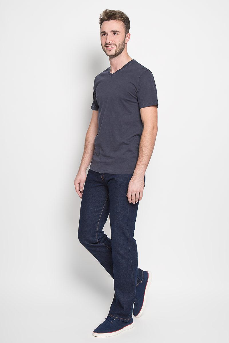 Джинсы мужские Montana, цвет: темно-синий. 10064 RW. Размер 38-32 (54-32)10064 RWМужские джинсы Montana, выполненные из качественного хлопка, станут отличным дополнением к вашему гардеробу. Ткань плотная, тактильно приятная, позволяет коже дышать. Джинсы прямого кроя и средней посадки застегиваются на металлическую пуговицу в поясе и имеют ширинку на застежке-молнии, а также шлевки для ремня. Модель имеет классический пятикарманный крой: спереди - два втачных кармана и один маленький накладной, а сзади - два накладных кармана. Оформлены контрастной прострочкой. Отличное качество, дизайн и расцветка делают эти джинсы стильным и модным предметом мужской одежды.