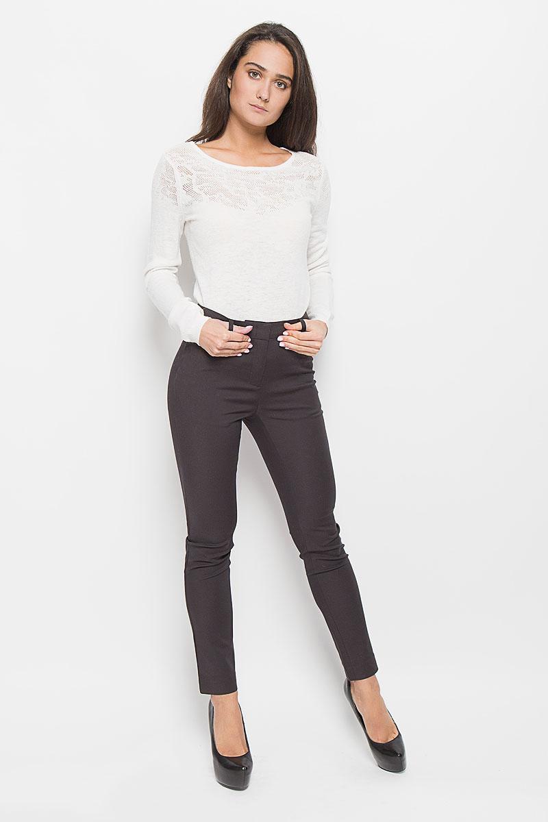 Брюки женские Sela Casual, цвет: темно-коричневый. P-115/778-6373. Размер M (46)P-115/778-6373Стильные женские брюки Sela созданы специально для того, чтобы подчеркивать достоинства вашей фигуры. Модель зауженного к низу кроя и средней посадки станет отличным дополнением к вашему современному образу. Брюки застегиваются на крючки и пуговицу в поясе и ширинку на застежке-молнии, имеются шлевки для ремня. Спереди модель дополнена двумя втачными карманами, а сзади - имитациями прорезных карманов. Эти модные и в тоже время комфортные брюки послужат отличным дополнением к вашему гардеробу.