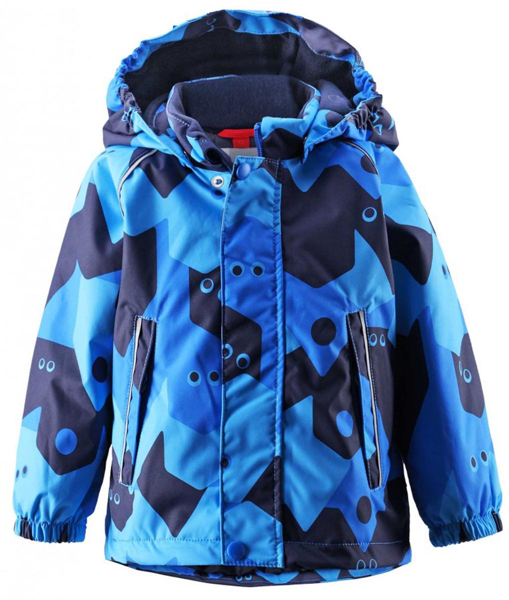 Куртка детская Reima Reimatec Pirtti, цвет: голубой. 511229C-6561. Размер 80511229C-6561Непромокаемая зимняя куртка для малышей с веселым рисунком просто создана для зимних приключений! Она изготовлена из водо- и ветронепроницаемого материала с грязеотталкивающей поверхностью. Все швы в куртке Reimatec проклеены и водонепроницаемы, так что непогода не помешает веселым зимним играм! Материал хорошо пропускает воздух, сколько ни бегай - в этой куртке не вспотеешь. Куртку с подкладкой из гладкого полиэстера очень легко надевать и носить с теплым промежуточным слоем. С помощью удобной системы кнопок Play Layers к этой куртке можно присоединять разные модели флисовых курток, которые подарят вашему ребенку дополнительное тепло и комфорт в холодные дни. Съемный регулируемый капюшон защищает от пронизывающего ветра и безопасен во время игр на свежем воздухе. Кнопки легко отстегиваются, если капюшон случайно за что-нибудь зацепится. Капюшон с подкладкой из мягкого полиэстера с начесом. Карманы на молнии сохранят маленькие сокровища, найденные во время прогулки, а светоотражающие детали позволяют хорошо видеть ребенка в темноте.