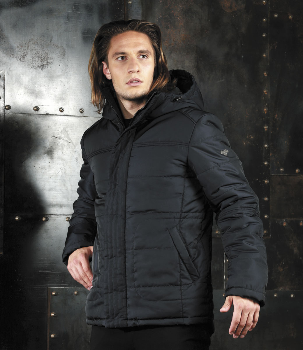 Куртка мужская Grishko, цвет: черный. AL-2977. Размер 48AL-2977Мужская куртка Grishko, выполненная из полиэстера, придаст образу безупречный стиль. Подкладка изготовлена из гладкого и приятного на ощупь материала. В качестве утеплителя используется холлофайбер, который отлично сохраняет тепло.Куртка прямого кроя с ассиметричной линией низа и несъемным капюшоном застегивается на застежку-молнию и ветрозащитную планку на кнопках. С внутренней стороны также расположена ветрозащитная планка. Край капюшона дополнен шнурком-кулиской. Рукава дополнены внутренними трикотажными манжетами. Спереди расположено два прорезных кармана на кнопках, с внутренней стороны - накладной карман с клапаном на кнопке и втачной карман на кнопке. Изделие оформлено фирменным логотипом.Такая практичная и теплая куртка послужит отличным дополнением к вашему гардеробу!