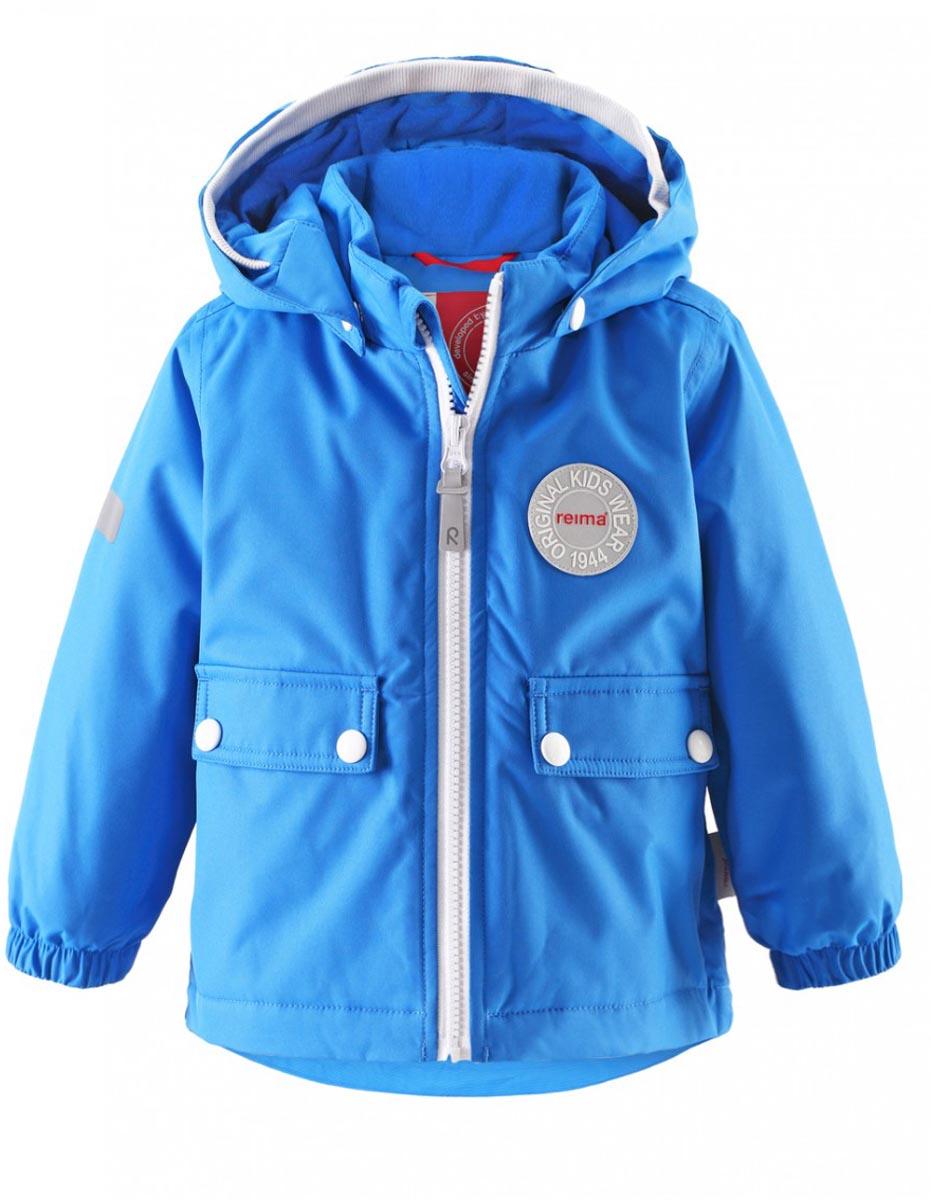 Куртка детская Reima Quilt, цвет: голубой. 511211-6560. Размер 80511211-6560В зимней куртке с рисунком, посвященным юбилею Reima, дождь не страшен – все основные швы проклеены, водонепроницаемы. Куртка идеально подойдет для ранних весенних и поздних осенних дней. Куртка с гладкой стеганой подкладкой легко надевается на теплый промежуточный слой – маленьким покорителям погоды в ней будет тепло весь день. Большие карманы с клапанами и светоотражающие детали выполнены в ретро-стиле 70-х.