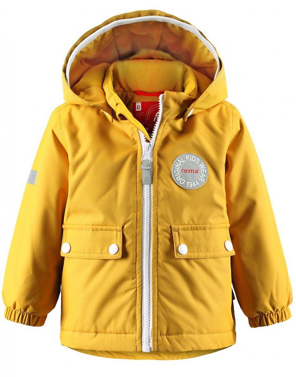 Куртка детская Reima Quilt, цвет: желтый. 511211-2500. Размер 74511211-2500В зимней куртке с рисунком, посвященным юбилею Reima, дождь не страшен – все основные швы проклеены, водонепроницаемы. Куртка идеально подойдет для ранних весенних и поздних осенних дней. Куртка с гладкой стеганой подкладкой легко надевается на теплый промежуточный слой – маленьким покорителям погоды в ней будет тепло весь день. Большие карманы с клапанами и светоотражающие детали выполнены в ретро-стиле 70-х.