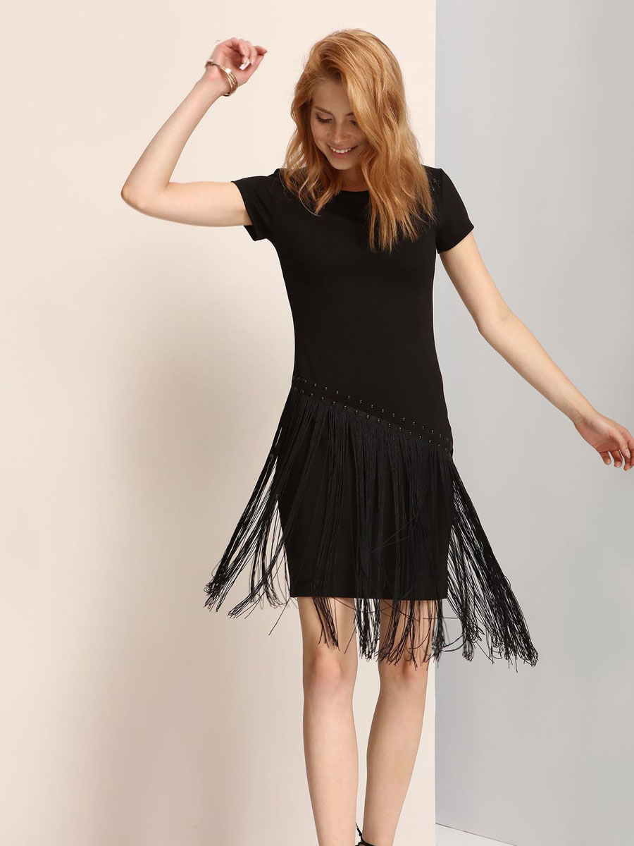 Платье Troll, цвет: черный. TSU0556CA. Размер M (46)TSU0556CAЭлегантное платье Troll, изготовленное из сочетания высококачественных материалов, оно мягкое на ощупь, не раздражает кожу и хорошо вентилируется.Модель-миди с круглым вырезом горловины и стандартными короткими рукавами оформлена металлическими кнопками и элегантной бахромой.