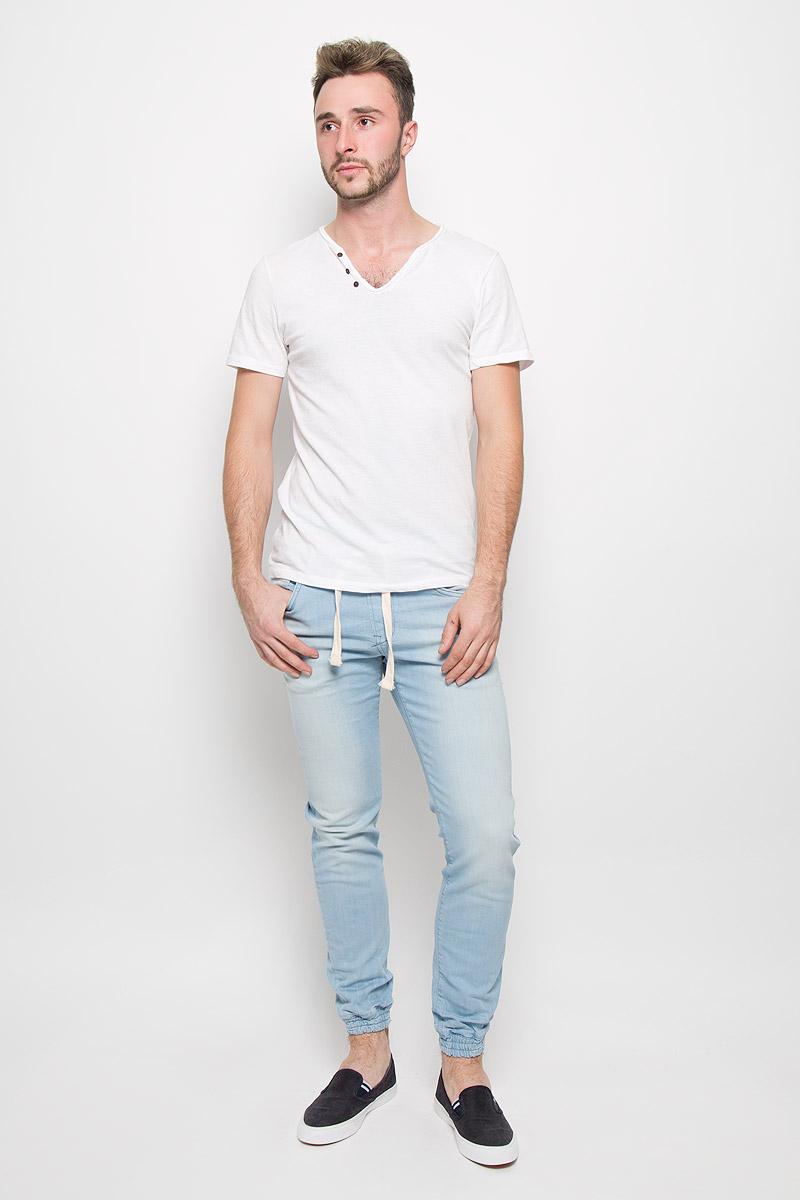 Джинсы мужские Tom Tailor Denim Aedan, цвет: голубой. 6204612.00.12_6720. Размер M (48)6204612.00.12_6720Мужские джинсы Tom Tailor Denim Aedan станут замечательным дополнением к вашему гардеробу. Изделие выполнено из эластичного хлопка. Ткань мягкая и тактильно приятная, не стесняет движений, хорошо пропускает воздух. Джинсы зауженного к низу кроя на поясе имеют эластичную резинку и утягивающий шнурок, также имеются шлевки для ремня. Спереди джинсы дополнены двумя втачными карманами и одним маленьким накладным, сзади - двумя накладными карманами. Низ штанин дополнен резинками.Высокое качество кроя и пошива, актуальный дизайн и расцветка придают изделию неповторимый стиль и индивидуальность.