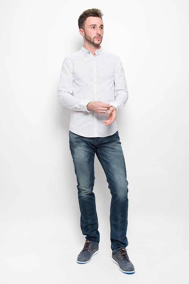 Рубашка мужская Mexx, цвет: белый. MX3025432_MN_SHG_008_113. Размер L (52)MX3025432_MN_SHG_008_113Мужская рубашка Mexx выполнена из натурального хлопка. Материал изделия легкий, тактильно приятный, не сковывает движения и хорошо пропускает воздух.Рубашка с отложным воротником и длинными рукавами застегивается спереди на пуговицы по всей длине. На манжетах также предусмотрены застежки-пуговицы. Края воротника пристегиваются на пуговицы. Рубашка приталенного силуэта оформлена ненавязчивым принтом. Такая рубашка будет дарить вам комфорт в течение всего дня и станет стильным дополнением к вашему гардеробу.