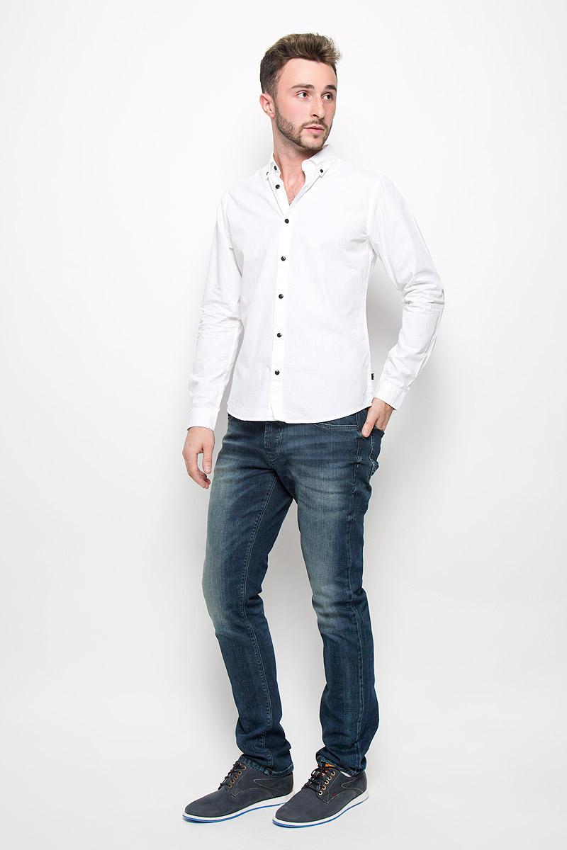 Рубашка мужская Only & Sons, цвет: белый. 22004470. Размер L (48)22004470_WhiteМужская рубашка Only & Sons выполнена из натурального хлопка. Материал изделия легкий, тактильно приятный, не сковывает движения и хорошо пропускает воздух.Рубашка с отложным воротником и длинными рукавами застегивается спереди на пуговицы по всей длине. На манжетах также предусмотрены застежки-пуговицы. Рубашка приталенного силуэта. Воротник фиксируется при помощи пуговиц. Такая рубашка будет дарить вам комфорт в течение всего дня и станет стильным дополнением к вашему гардеробу.