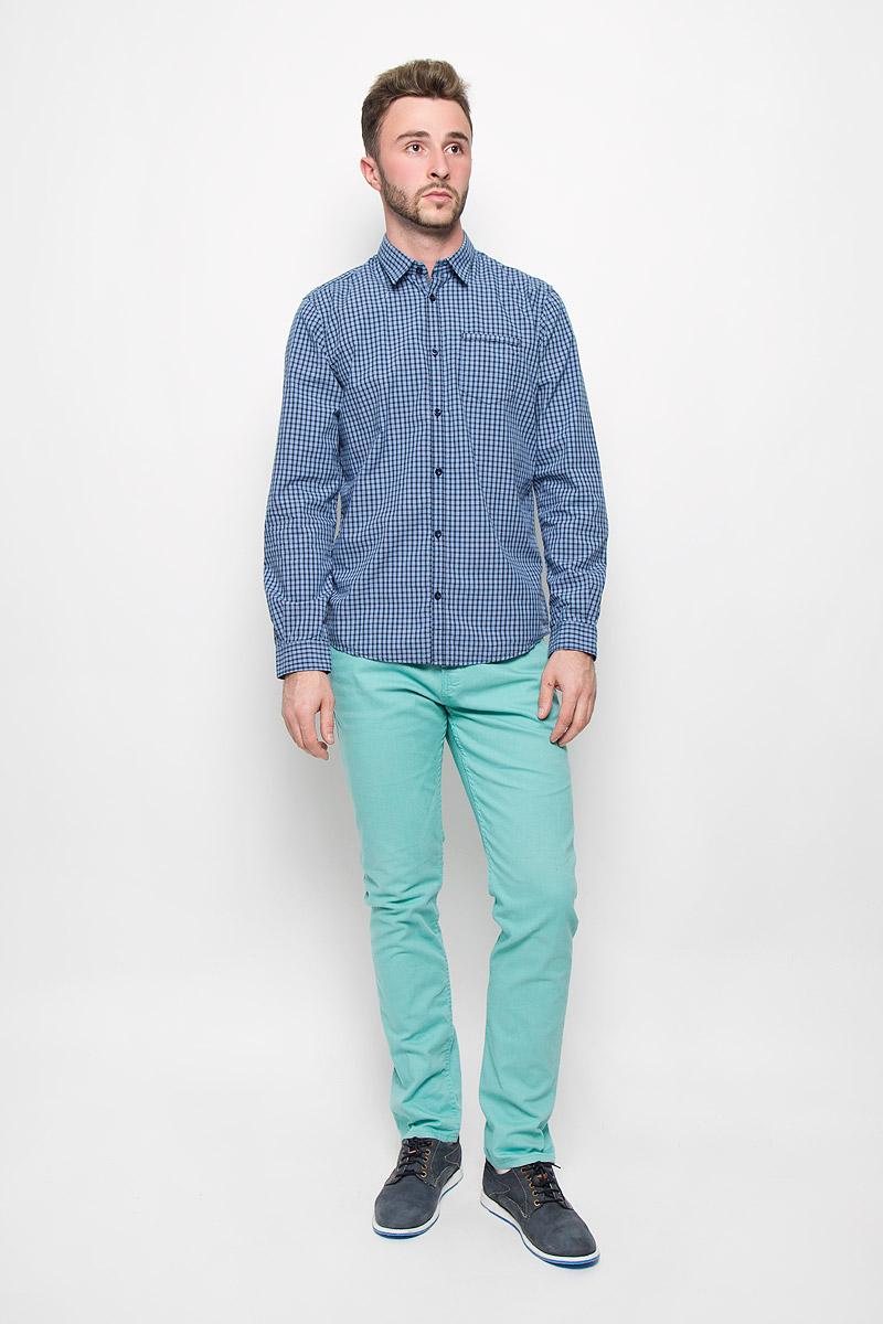 Рубашка мужская Tom Tailor, цвет: голубой, темно-синий. 2032101.00.10_6695. Размер M (48)2032101.00.10_6695Стильная мужская рубашка Tom Tailor, изготовленная из натурального хлопка, необычайно мягкая и приятная на ощупь, не сковывает движения и позволяет коже дышать, не раздражает даже самую нежную и чувствительную кожу, обеспечивая наибольший комфорт.Модная рубашка в клетку с длинными рукавами и отложным воротником застегивается на пуговицы. Рукава дополнены манжетами на пуговицах. На груди модель оформлена накладным карманом.Эта рубашка - идеальный вариант для повседневного гардероба. Такая модель порадует настоящих ценителей комфорта и практичности!