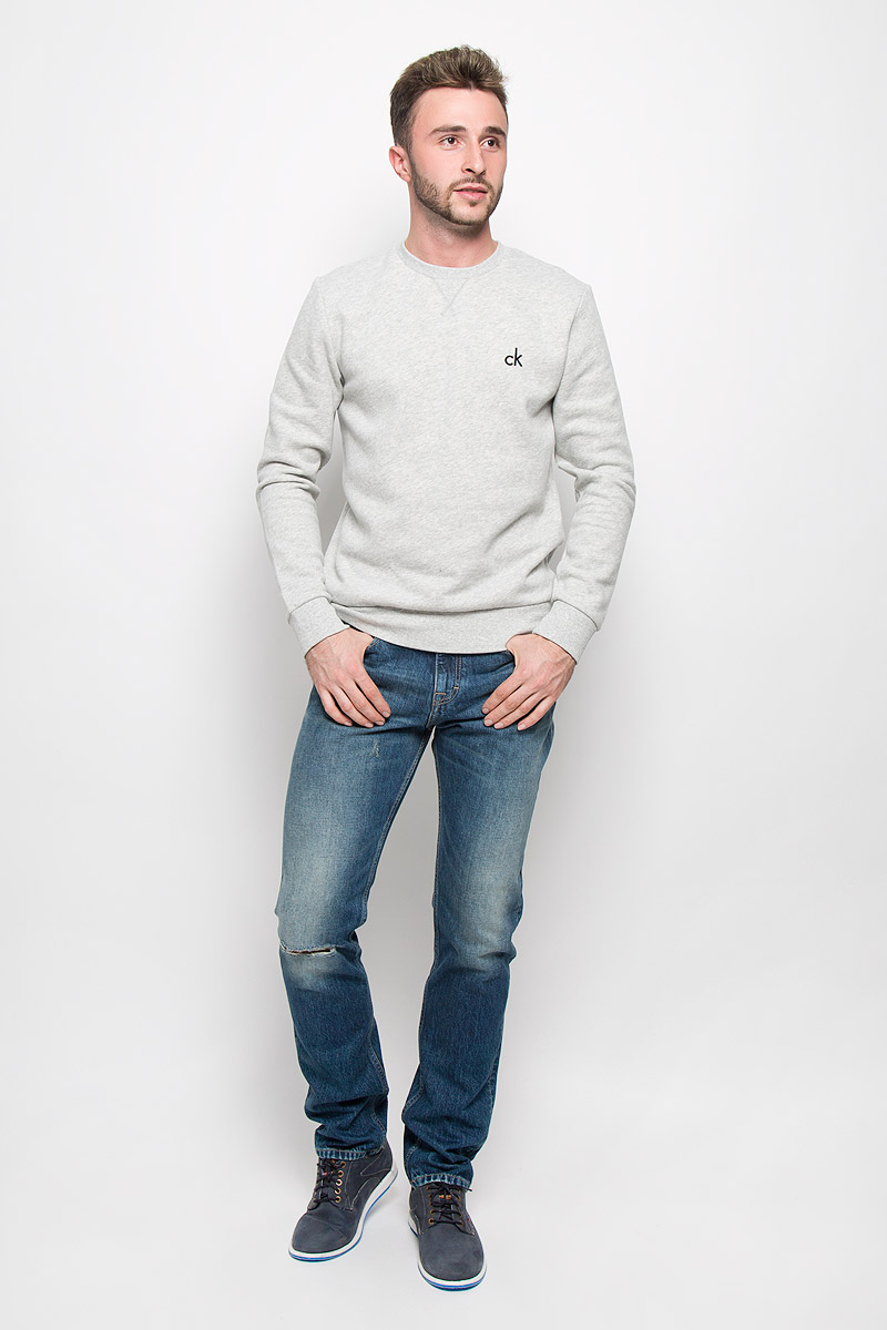 Джинсы мужские Calvin Klein Jeans, цвет: синий. J30J301041_9114. Размер 33 (50/52)A16-21102_700Мужские джинсы Calvin Klein Jeans, выполненные из натурального хлопка, отлично дополнят ваш образ. Ткань изделия тактильно приятная, не стесняет движений, позволяет коже дышать. Джинсы застегиваются в поясе на пуговицу и имеют ширинку на молнии. На модели предусмотрены шлевки для ремня. Спереди джинсы дополнены двумя втачными карманами и одним маленьким накладным, сзади - двумя накладными карманами. Оформлено изделие эффектом потертости и рваным эффектом на коленке. Высокое качество кроя и пошива, актуальный дизайн и расцветка придают изделию неповторимый стиль и индивидуальность. Модель займет достойное место в вашем гардеробе!