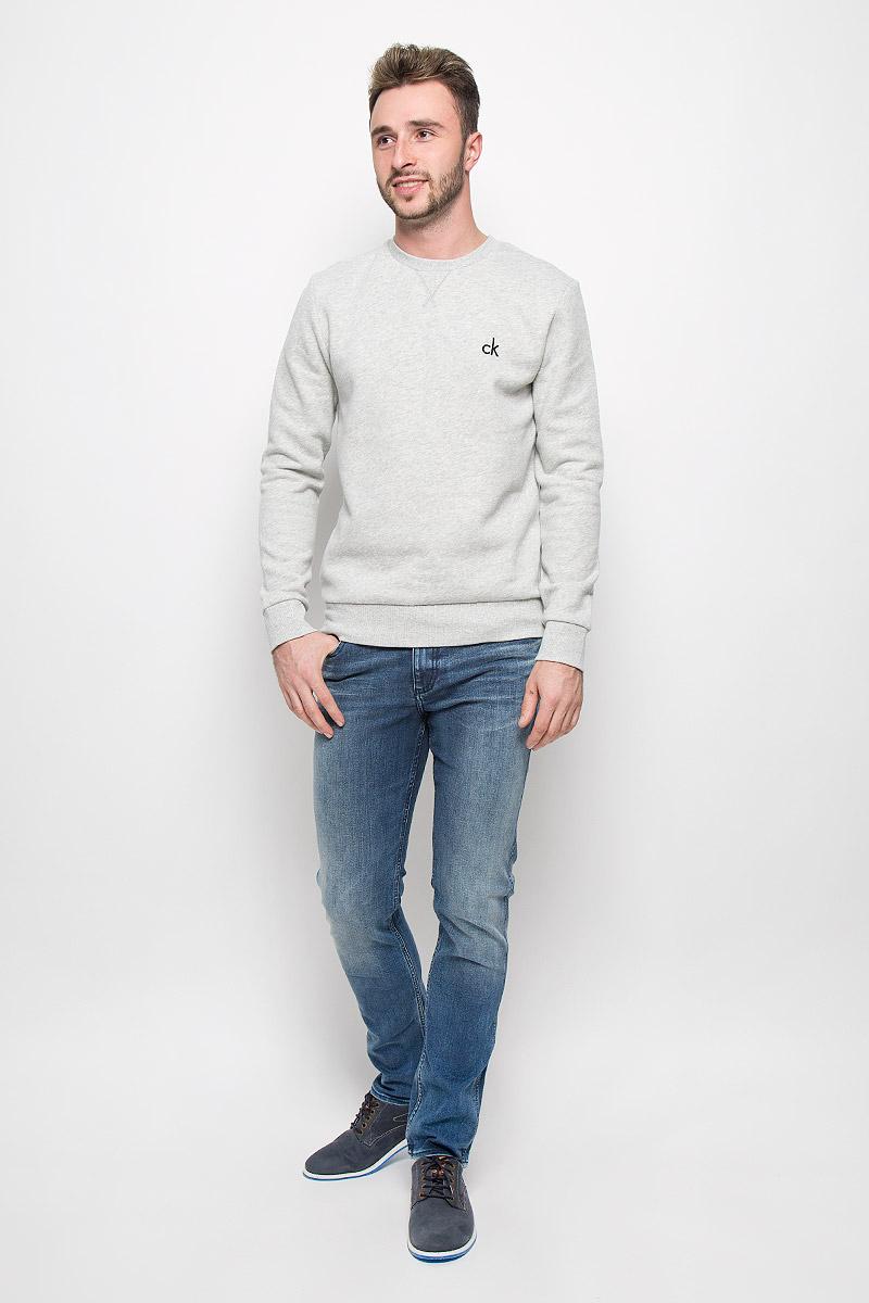 Джинсы мужские Calvin Klein Jeans, цвет: светло-синий. J30J300979_9154. Размер 31 (46/48)A16-21102_700Мужские джинсы Calvin Klein Jeans, выполненные из эластичного хлопка с небольшим добавлением полиэстера, отлично дополнят ваш образ. Ткань изделия тактильно приятная, не стесняет движений, позволяет коже дышать. Джинсы застегиваются в поясе на пуговицу и имеют ширинку на молнии. На модели предусмотрены шлевки для ремня. Спереди джинсы дополнены двумя втачными карманами и одним маленьким накладным, сзади - двумя накладными карманами. Оформлено изделие эффектом потертости. Высокое качество кроя и пошива, актуальный дизайн и расцветка придают изделию неповторимый стиль ииндивидуальность. Модель займет достойное место в вашем гардеробе!