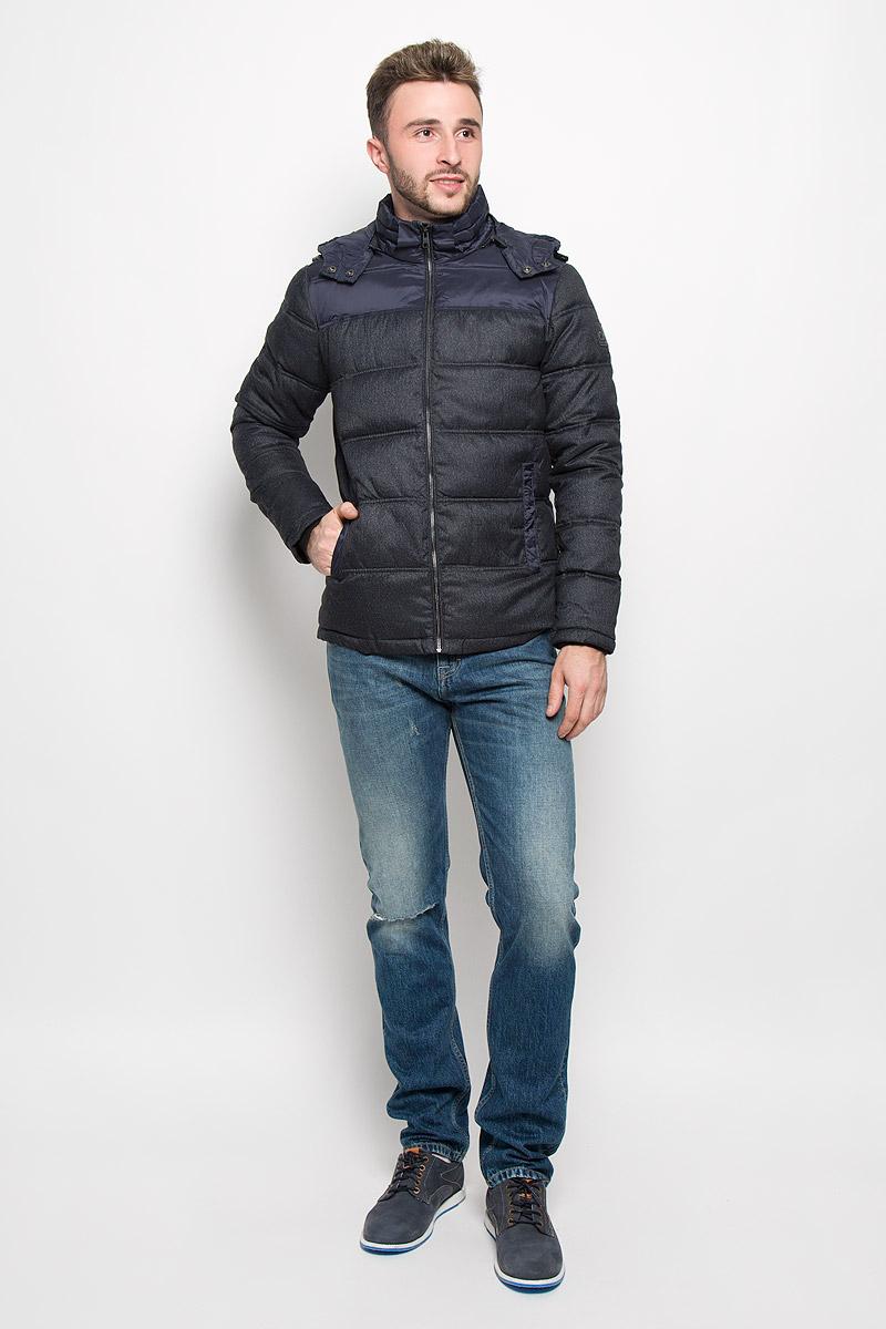 Куртка мужская Calvin Klein Jeans, цвет: темно-синий. J30J300669_4020. Размер XL (50/52)A16-21102_211Стильная мужская куртка Calvin Klein Jeans превосходно подойдет для прохладных дней. Куртка выполнена из полиэстера, она отлично защищает от дождя, снега и ветра, а наполнитель из синтепона превосходно сохраняет тепло. Модель с длинными рукавами и воротником-стойкой застегивается на застежку-молнию спереди и имеет съемный капюшон на застежке-молнии. Объем капюшона регулируется при помощи шнурка-кулиски со стопперами. Изделие дополнено двумя втачными карманами на кнопках спереди, а также внутренним втачным карманом. Рукава дополнены внутренними трикотажными манжетами.Эта модная и в то же время комфортная куртка согреет вас в холодное время года и отлично подойдет как для прогулок, так и для активного отдыха.