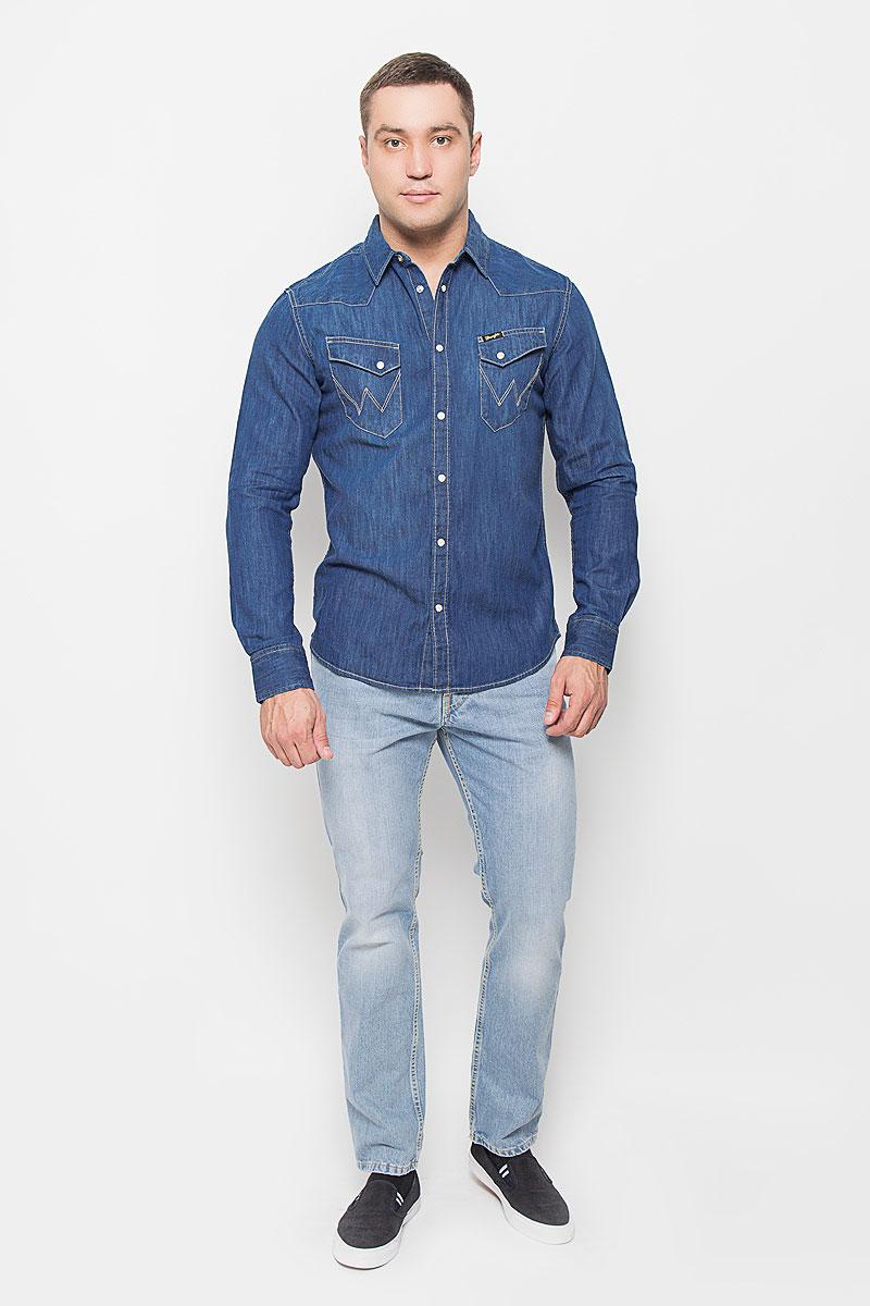 Рубашка мужская Wrangler, цвет: синий джинс. W5833O68E. Размер S (46)W5833O68EМужская джинсовая рубашка Wrangler, выполненная из натурального хлопка, поможет создать стильный образ. Материал изделия тактильно приятный, позволяет коже дышать, не стесняет движений, обеспечивая комфорт при носке. Рубашка с отложным воротником и длинными рукавами застегивается на кнопки и одну пуговицу. Модель имеет слегка приталенный силуэт. На манжетах предусмотрены застежки-кнопки. На груди расположены накладные карманы с клапанами на кнопках. Изделие оформлено прострочкой, украшено фирменной нашивкой. Такая рубашка займет достойное место в вашем гардеробе!