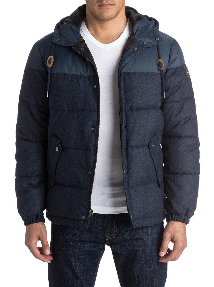 Куртка мужская Quiksilver Woolmore M Jckt Byjh, цвет: темно-синий. EQYJK03228. Размер L (52)EQYJK03228-BYJHМужская куртка Quiksilverвыполнена из 100% полиэстера. В качестве подкладки и утеплителя также используется полиэстер. Верхняя часть изделия выполнена из прочной ткани Ripstop. Модель с несъемным капюшоном застегивается на застежку-молнию и имеет ветрозащитную планку на кнопках. Край капюшона дополнен шнурком-кулиской. Низ рукавов дополнен эластичными манжетами на резинке и хлястиком на кнопке. Спереди расположено два втачных кармана с клапанами на кнопках, а с внутренней стороны - один прорезной карман на липучке. Куртка оформлена фирменными нашивками.