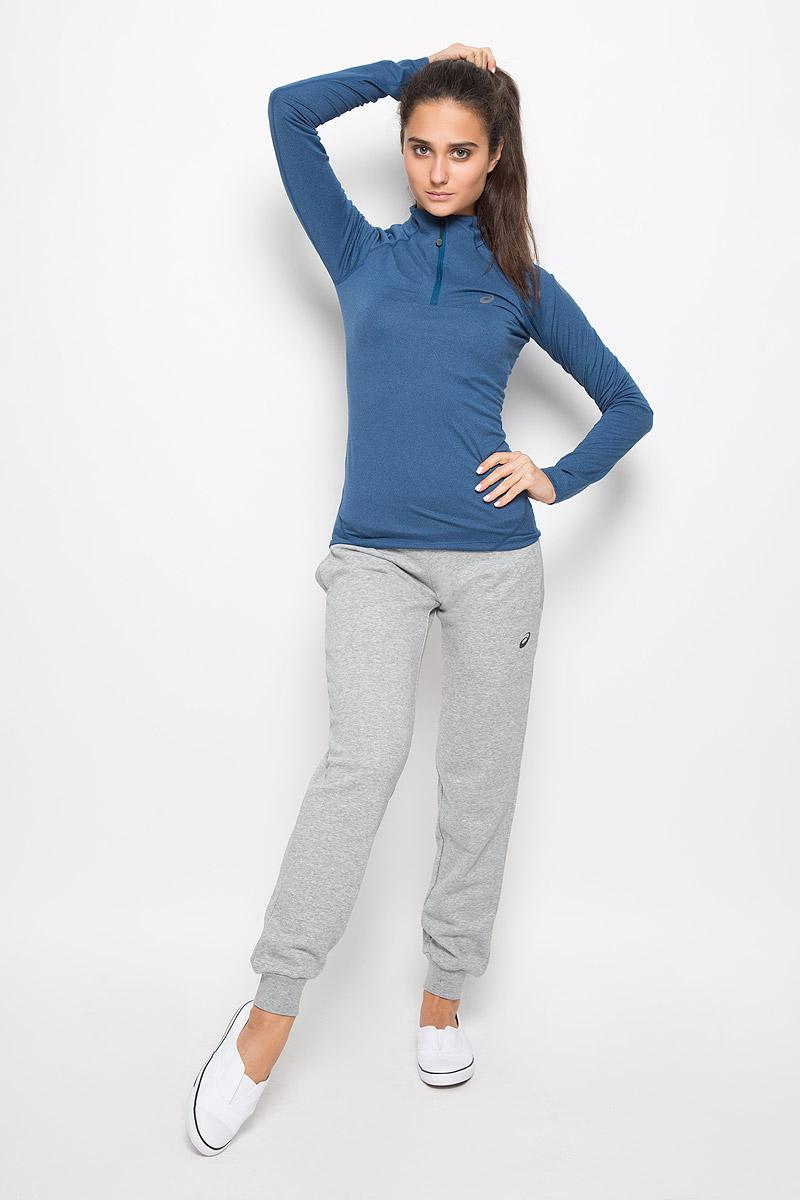 Лонгслив для бега женский Asics Ls 1/2 Zip Jersey, цвет: темно-синий. 132109-8130. Размер M (44/46)132109-8130Женский лонгслив для бега Asics Ls 1/2 Zip Jersey выполнен из полиэстера с добавлением эластана. Ткань, изготовленная с применением технологии Motion Dry, позволяет удалять лишнюю влагу с кожи во время занятий спортом, обеспечивая тем самым замечательный уровень комфорта. Модель с длинными рукавами-реглан и воротником-стойкой украшена светоотражающим логотипом бренда на груди, благодаря этому вы будете заметнее в темноте. Изделие спереди застегивается на застежку-молнию с защитой для подбородка. Сзади расположен небольшой прорезной карман. В этом лонгсливе вы будете выглядеть стильно, а ваше тело будет дышать. Вам не придется жертвовать внешним видом ради скорости, ведь эластичный и легкий трикотаж отлично смотрится.Лонгслив станет отличным дополнением к вашему гардеробу, в нем вам будет удобно и комфортно.