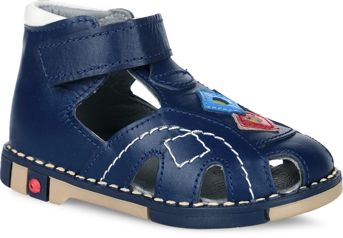 Сандалии для мальчика Таши Орто, цвет: синий. 244-01. Размер 20Tas244-01Стильные детские сандалии Таши Орто заинтересуют вашего ребенка с первого взгляда. Модель выполнена из натуральной кожи контрастных цветов. Ремешок на застежке-липучке помогает оптимально подогнать полноту обуви по ноге и гарантирует надежную фиксацию. Благодаря такой застежке ребенок может самостоятельно надевать обувь. Сбоку сандалии декорированы символикой бренда. Анатомическая стелька из натуральной кожи с супинатором, не продавливающимся во время носки, обеспечивает правильное формирование стопы. Благодаря использованию современных внутренних материалов оптимально распределяется нагрузка по всей площади стопы, что дает ножке ощущение мягкости и комфорта. Полужесткий задник фиксирует ножку ребенка. Мягкая верхняя часть, которая плотно прилегает к ноге, и подкладка, изготовленная из натуральной кожи, позволяют избежать натирания. У изделия ортопедический каблук Томаса высотой от 2 до 5 мм (в зависимости от размера обуви), продленный с внутренней стороны подошвы, его внутренняя часть длиннее наружной, укрепляет подошву под средней частью стопы и препятствует заваливанию стопы внутрь (что обычно наблюдается при вальгусной постановке). Эластичная подошва с рельефным протектором предназначена для правильного распределения нагрузки на опорно-двигательный аппарат ребенка, позволяет сгибаться стопе при ходьбе или беге анатомически правильно, в 1/3 стопы, а не посередине, позволяет сформировать правильную походку ребенка.