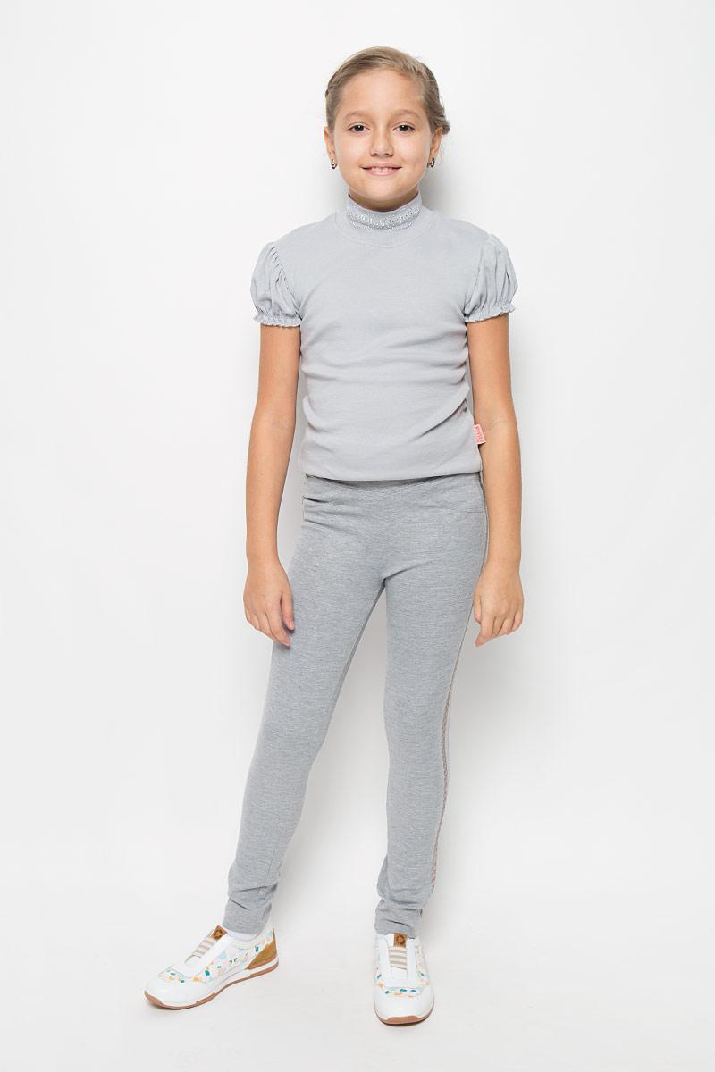 Брюки для девочки Scool, цвет: серый. 364135. Размер 146364135Стильные трикотажные брюки для девочки Scool идеально подойдут вашей маленькой принцессе для отдыха и прогулок. Изготовленные из вискозы, полиэстера с добавлением эластана, они необычайно мягкие и приятные на ощупь, не сковывают движения и позволяют коже дышать, не раздражают даже самую нежную и чувствительную кожу ребенка, обеспечивая ему наибольший комфорт. Брюки зауженного кроя на талии имеют широкую эластичную резинку, благодаря чему они не сдавливают животик ребенка и не сползают. Спереди они дополнены имитацией двух кармашков и ширинки, а сзади имеются два накладных кармана. По бокам модель оформлена лампасами, украшенных пайетками. Оригинальный современный дизайн и модная расцветка делают эти брюки модным и стильным предметом детского гардероба. В них ваша дочурка всегда будет в центре внимания!