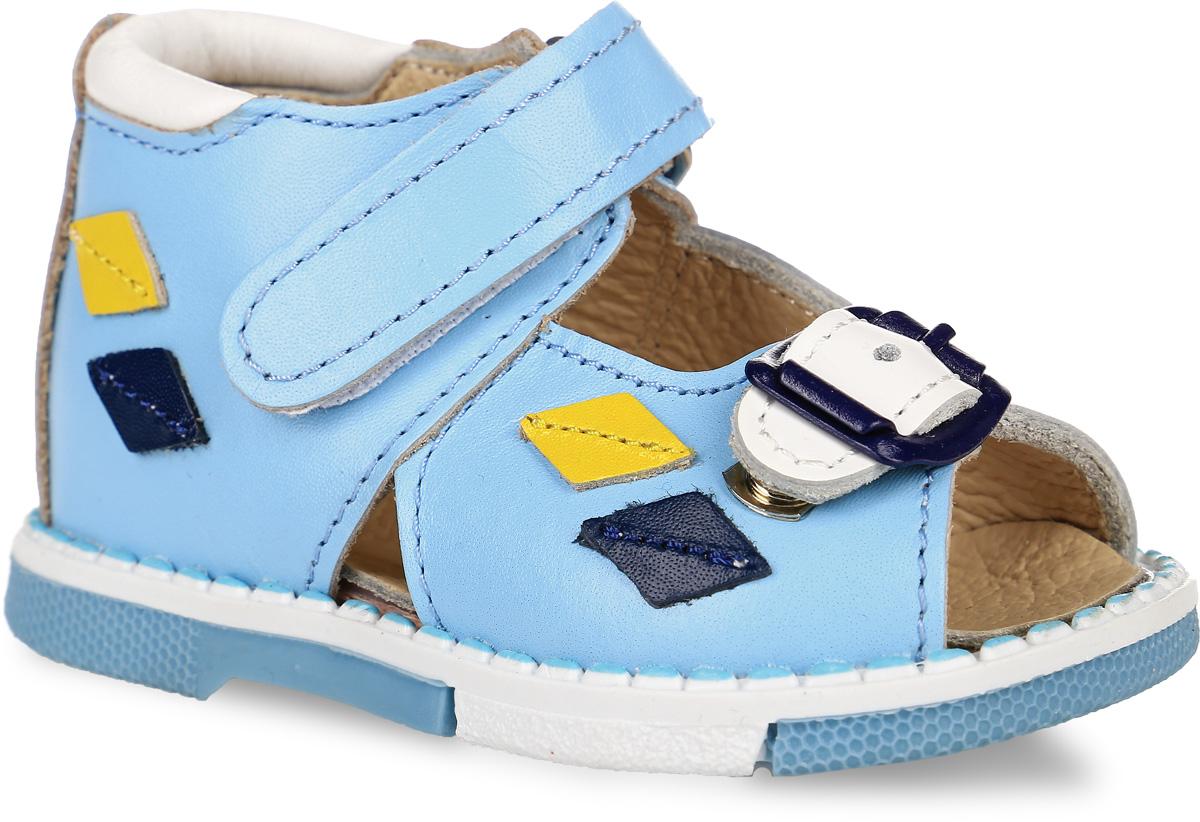 Сандалии для мальчика Таши Орто, цвет: голубой, белый. 129-233. Размер 18Tas129-233Модные сандалии Таши Орто заинтересуют вашего мальчика с первого взгляда. Модель выполнена из натуральной кожи. Застежка-липучка и застежка-пряжка надежно фиксируют голеностоп и одновременно регулируют полноту, не ослабевают в процессе ежедневной носки, важный элемент ортопедической обуви. Боковая сторона декорирована кожаными нашивками в виде ромбиков. Анатомическая стелька из натуральной кожи с супинатором, не продавливающимся во время носки, обеспечивает правильное формирование стопы. Благодаря использованию современных внутренних материалов оптимально распределяется нагрузка по всей площади стопы, что дает ножке ощущение мягкости и комфорта. Полужесткий задник фиксирует ножку ребенка. Мягкая верхняя часть, которая плотно прилегает к ноге, и подкладка, изготовленная из натуральной кожи, позволяют избежать натирания. У изделия ортопедический каблук, продленный с внутренней стороны подошвы, его внутренняя часть длиннее наружной, укрепляет подошву под средней частью стопы и препятствует заваливанию стопы внутрь (что обычно наблюдается при вальгусной постановке). Эластичная подошва с рельефным протектором предназначена для правильного распределения нагрузки на опорно-двигательный аппарат ребенка, позволяет сгибаться стопе при ходьбе или беге анатомически правильно, в 1/3 стопы, а не посередине, позволяет сформировать правильную походку ребенка.