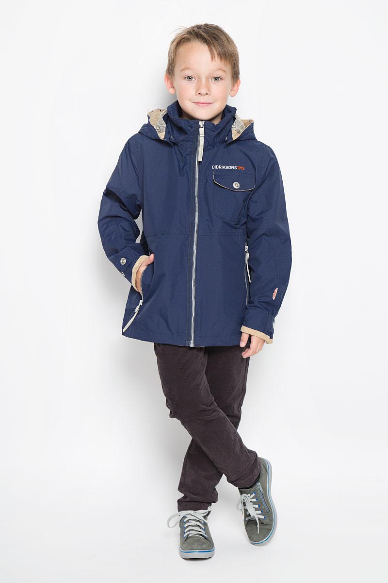 Куртка для мальчика Didriksons1913 Luis Bs Jkt, цвет: темно-синий. 500388_227. Размер 130500388_227Куртка для мальчика Didriksons1913 Luis Bs Jkt, изготовленная из полиамида, станет стильным дополнением к детскому гардеробу. Подкладка изделия выполнена из полиэстера.Модель со съемным капюшоном, воротником-стойкой и длинными рукавами застегивается на пластиковую застежку-молнию и дополнительно имеет внутреннюю ветрозащитную планку. Капюшон пристегивается к изделию за счет кнопок и его объем регулируется с помощью хлястика на липучке. Низ изделия дополнен шнурком-кулиской. Объем по низу рукава регулируется за счет хлястика на кнопке. Спереди расположено два прорезных кармана на застежке-молнии и накладной карман с клапаном на кнопке. С внутренней стороны модель дополнена двумя накладными карманами, один из которых застегивается на кнопку. Изделие спереди и сзади оформлено вышитым логотипом бренда.Красивый цвет, модный силуэт обеспечивают куртке прекрасный внешний вид!Такая удобная и практичная куртка идеально подойдет для прогулок на свежем воздухе!