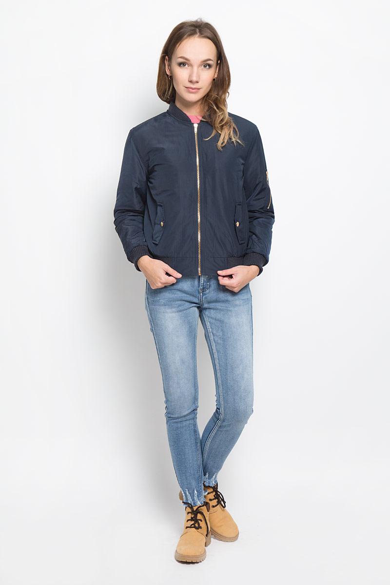 Куртка женская Glamorous, цвет: темно-синий. CK0657. Размер L (48)CK0657_NAVY DUSTY PINKСтильная женская куртка Glamorous отлично подойдет для прохладной погоды. Модель выполненная полиэстера, застегивается на застежку-молнию и имеет внутреннюю ветрозащитную планку. Горловина, рукава и низ куртки дополнены трикотажными манжетами. По бокам изделие дополнено двумя карманами и одним маленьким кармашком на левом рукаве, который застегивается молнию.В такой куртке вы всегда будете чувствовать себя уютно и комфортно.