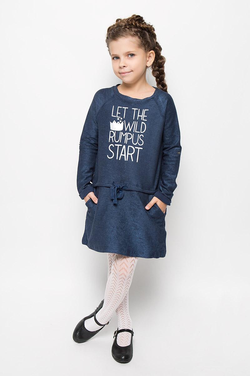 Платье для девочки Button Blue, цвет: темно-синий. 216BBGC50011012. Размер 98, 3 года216BBGC50011012Стильное платье Button Blue для девочки отлично подойдет юной моднице. Выполненное из эластичного хлопка, оно мягкое и приятное на ощупь, не сковывает движения и позволяет коже дышать. Платье с длинными рукавами-реглан и круглым вырезом горловины дополнено на линии бедер ленточкой-утяжкой и двумя боковыми карманами. Оформлено изделие надписью на английском языке. Стильное сочетание разных фактур и материалов придают платью неповторимый стиль и индивидуальность. В таком платье ваша принцесса всегда будет в центре внимания!