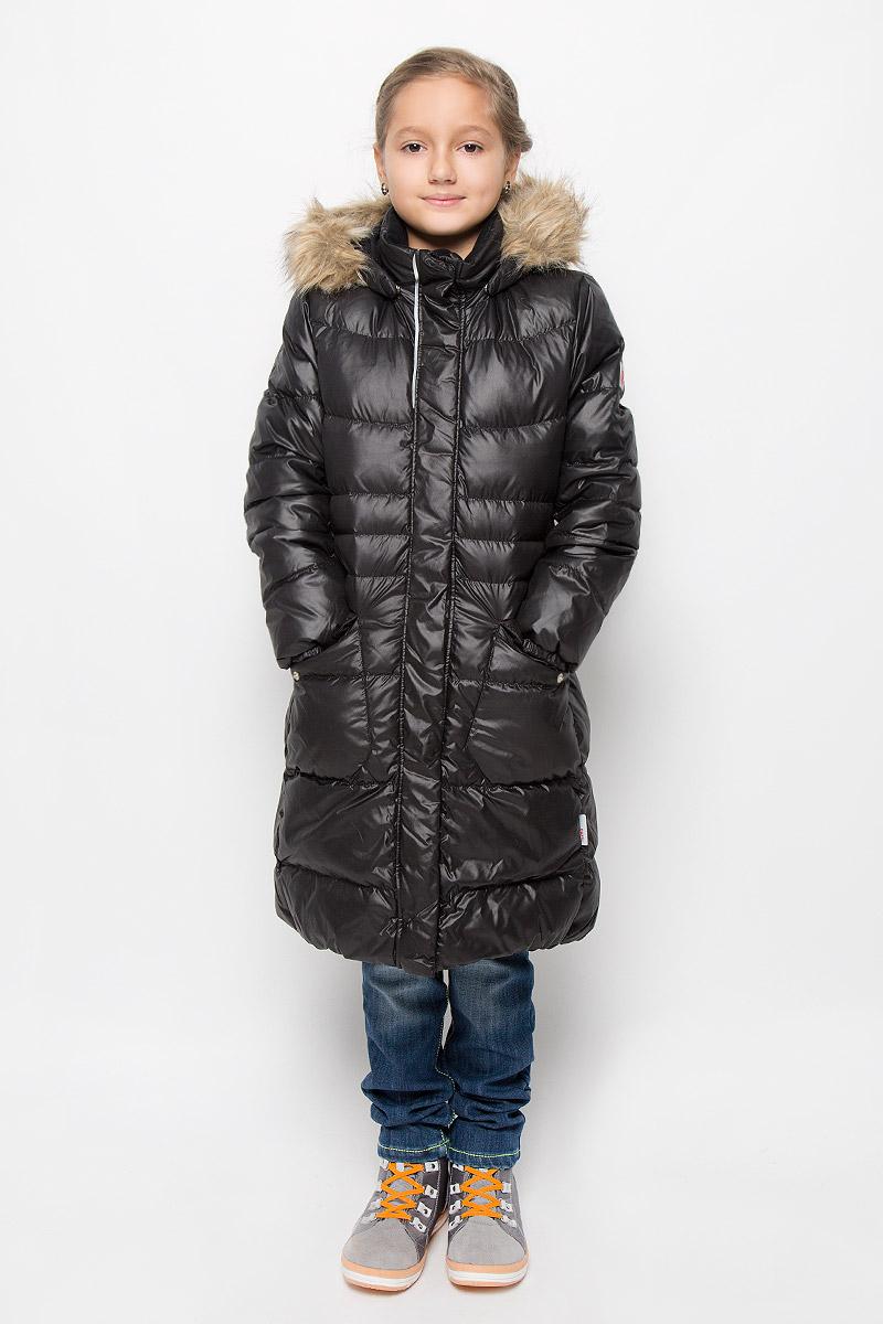 Пальто для девочки Reima Satu, цвет: черный. 531237-9990. Размер 116, 6 лет531237-9990Модное пальто Reima Satu станет отличным дополнением к гардеробу вашей дочурки. Пальто изготовлено из ветрозащитной дышащей ткани - 100% полиэстера. Модель обладает высокой степенью утепления, так как в качестве утеплителя используется пух с добавлением пера. Пальто с воротником-стойкой и съемным капюшоном застегивается на застежку-молнию и дополнено ветрозащитным клапаном с застежками-кнопками. Капюшон, украшенный съемным искусственным мехом, пристегивается к пальто с помощью кнопок. Мягкая подкладка на капюшоне и воротнике обеспечивает комфорт. Изделие дополнено спереди двумя прорезными карманами с клапанами на кнопках. Манжеты рукавов дополнены эластичными резинками. Нижняя часть модели с внутренней стороны присборена на эластичные резинки. На спинке по талии модель дополнена вшитой резинкой. Светоотражающие элементы увеличивают безопасность вашего ребенка с темное время суток. Такая стильное пальто станет прекрасным дополнением к гардеробу вашей девочки, оно подарит комфорт и тепло.