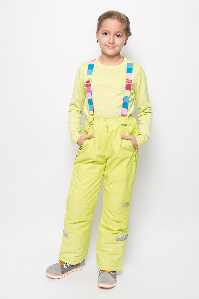Брюки для девочки Scool, цвет: салатовый. 364066. Размер 152364066Яркие утепленные брюки для девочки Scool изготовленные из полиэстера, станут ярким и стильным дополнением к детскому гардеробу. Материал приятный на ощупь, позволяет коже дышать, легко стирается, быстро сушится. Подкладка выполнена из полиэстера с флисовыми вставками. В качестве утеплителя используется синтепон (150 г/м2). Брюки застегиваются на кнопку и имеют ширинку на застежке-молнии. Модель оснащена эластичными наплечными лямками, регулируемыми по длине. Лямки пристегиваются к брюкам при помощи застежек-липучек. На талии предусмотрена широкая эластичная резинка, которая позволяет надежно заправить водолазку или свитер. По бокам два функциональных кармана на застежках-молниях и с не большими клапанами для защиты от снега. Снизу брючин предусмотрены внутренние манжеты с прорезиненными полосками. Низ штанишек по бокам застегивается на молнию. Дополнена модель светоотражающими элементами.Комфортные, удобные и практичные брюки идеально подойдут для прогулок и игр на свежем воздухе!
