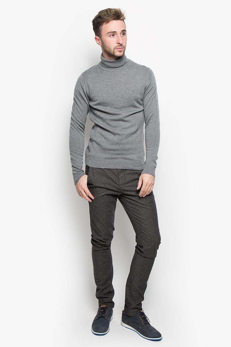Брюки мужские Calvin Klein Jeans, цвет: серый. J30J300936. Размер 34 (52/54)500032_109Мужские брюки Calvin Klein Jeans станут модным дополнением к вашему гардеробу. Изготовленные из эластичного хлопка, они мягкие и приятные на ощупь, не сковывают движения и позволяют коже дышать, обеспечивая комфорт. Брюки зауженного кроя на поясе застегиваются на пуговицу и имеют ширинку на застежке-молнии, а также шлевки для ремня. Спереди у модели предусмотрены два втачных кармана, сзади - два прорезных кармана на пуговицах.Современный дизайн и расцветка делают эти брюки стильным предметом одежды, они отлично дополнят ваш образ и подчеркнут неповторимый стиль.
