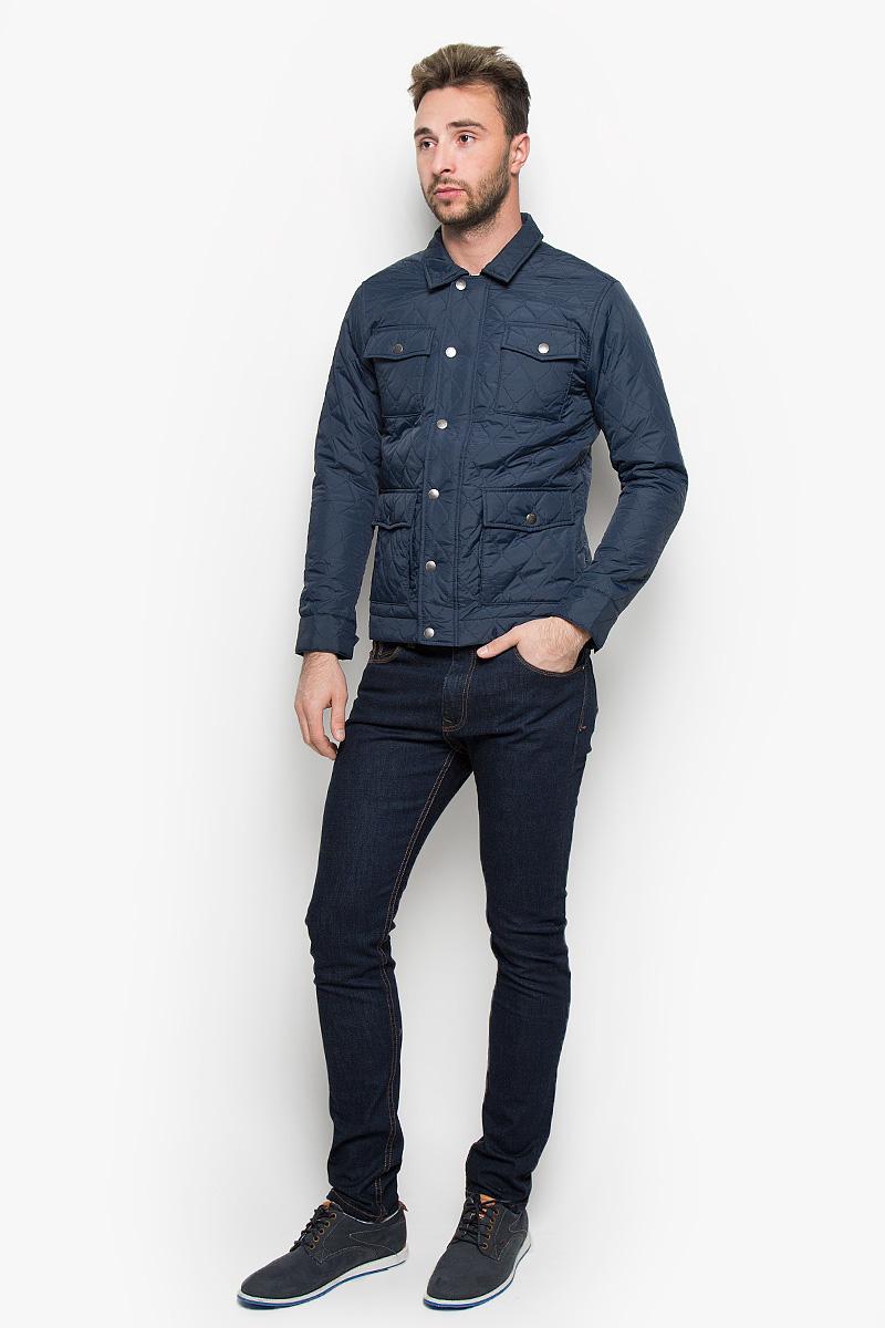 Куртка мужская Jack & Jones, цвет: темно-синий. 12109189. Размер XL (50)12109189_Navy BlazerСтильная мужская куртка Jack & Jones, выполненная из высококачественного материала, рассчитана на прохладную погоду. Модель с утеплителем из полиэстера подарит вам максимальный комфорт. Куртка с отложным воротником застегивается на застежку-молнию и дополнительно имеет внешний ветрозащитный клапан на кнопках. Спереди расположены четыре кармана с клапанами на кнопках. С внутренней стороны модель дополнена карманом на липучке и одним врезным карманом на застежке-молнии. Манжеты снабжены хлястиком с кнопкой. Модная фактура ткани, отличное качество, великолепный дизайн.