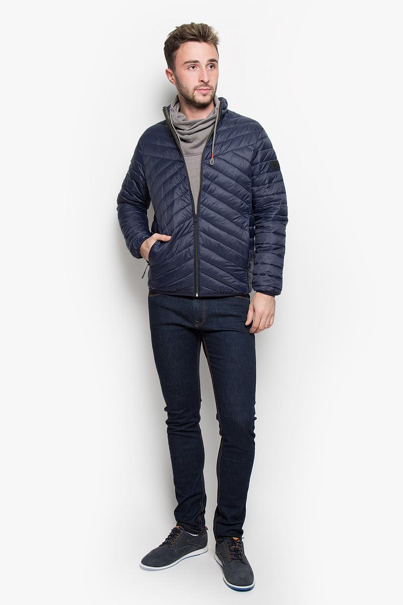 Куртка мужская Jack & Jones, цвет: темно-синий. 12109486. Размер S (44)12109486_Navy BlazerСтильная мужская куртка Jack & Jones, выполненная из нейлона, рассчитана на прохладную погоду. Модель с наполнителем из полиэстера подарит вам максимальный комфорт. Изделие с воротником-стойкой и длинными рукавами застегивается на застежку-молнию. Низ рукавов и низ изделия обработаны эластичной бейкой. Куртка дополнена двумя втачными карманами на застежках-молниях. С внутренней стороны расположено два больших накладных кармана. На левом рукаве расположена небольшая фирменная нашивка. Такая куртка будет дарить вам комфорт в течение всего дня и послужит замечательным дополнением к вашему гардеробу.