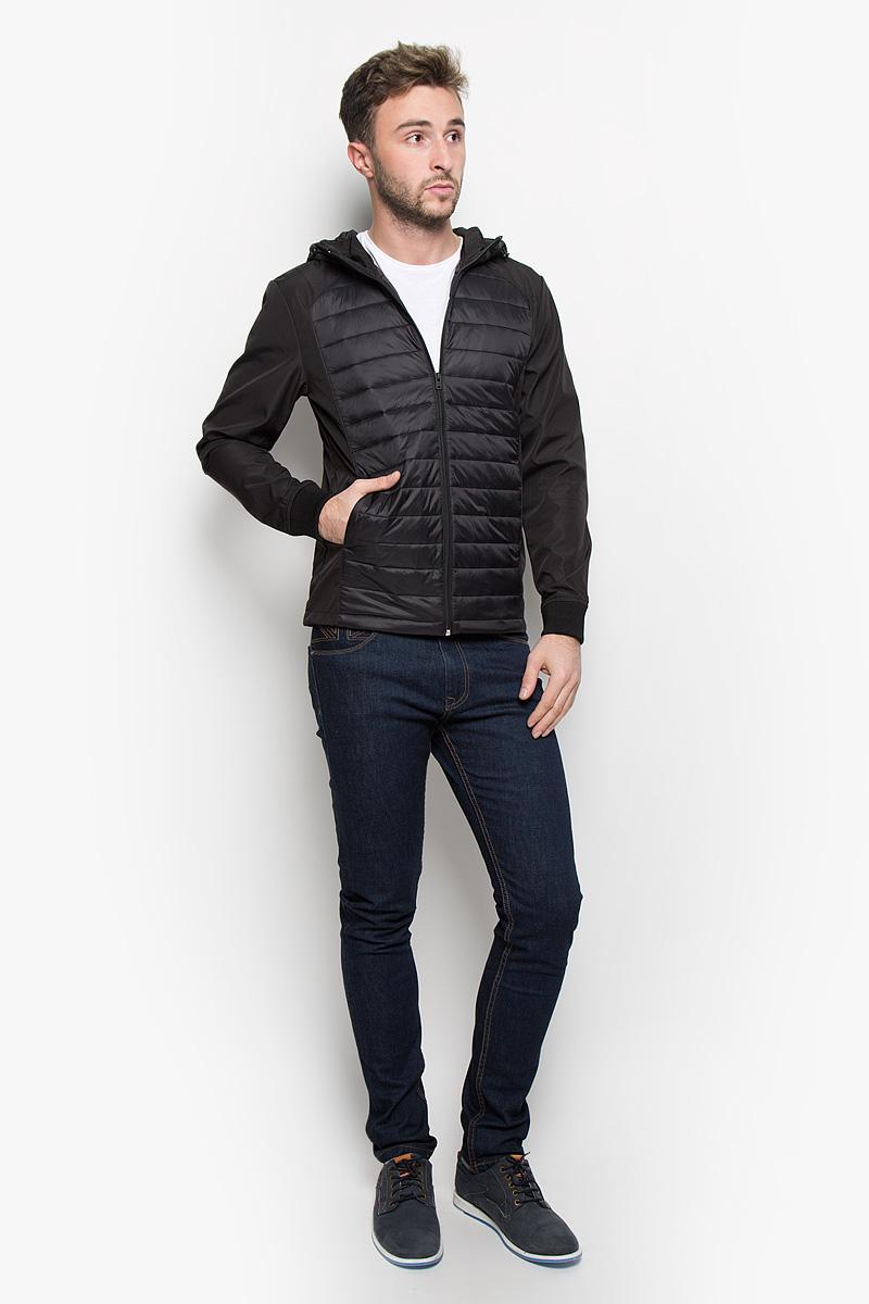 Куртка мужская Jack & Jones, цвет: черный. 12109178. Размер M (46)12109178_BlackСтильная мужская куртка Jack & Jones, выполненная из высококачественного материала, рассчитана на прохладную погоду. Модель с утеплителем из полиэстера подарит вам максимальный комфорт. Куртка с несъемным капюшоном, который регулируется по объему за счет кулиски со стопперами, застегивается на застежку-молнию. Манжеты дополнены трикотажными резинками. Куртка снабжена двумя прорезными карманами на кнопках. С внутренней стороны расположен ы два накладных кармана. Низ изделия дополнен кулиской. Модная фактура ткани, отличное качество, великолепный дизайн.