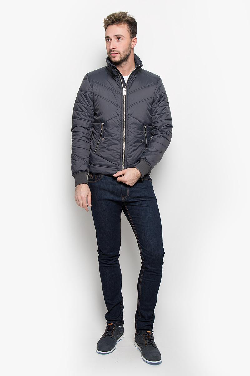 Куртка мужская Diesel, цвет: темно-серый. 00STA2-0LAMF. Размер XL (52)00STA2-0LAMF/92HСтильная мужская куртка Diesel отлично подойдет для прохладной погоды. Модная куртка с воротником-стойкой застегивается на застежку-молнию. Куртка, оформленная эффектной стежкой, дополнена двумя карманами на застежках-молниях и кнопках. С внутренней стороны предусмотрен потайной кармашек на кнопке. Манжеты рукавов регулируются в объеме при помощи молний и дополнены трикотажными резинками, что препятствует проникновению холодного воздуха. Утеплитель выполнен из полиэстера, который отличается повышенной теплоизоляцией, долговечностью в использовании и необычайно легок в носке и уходе. Эта модная куртка послужит отличным дополнением к вашему гардеробу.
