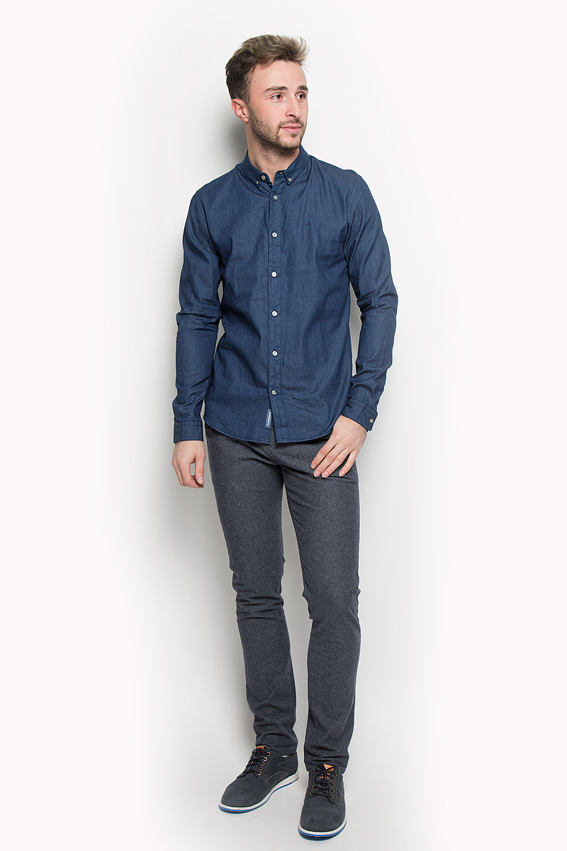 Рубашка мужская Calvin Klein Jeans, цвет: синий. J30J301011. Размер M (46/48)J30J301011Стильная мужская рубашка Calvin Klein Jeans, выполненная из натурального хлопка, подчеркнет ваш уникальный стиль и поможет создать оригинальный образ. Такой материал великолепно пропускает воздух, обеспечивая необходимую вентиляцию, а также обладает высокой гигроскопичностью. Рубашка с длинными рукавами и отложным воротником застегивается на пуговицы спереди. Манжеты рукавов также застегиваются на пуговицы. Классическая рубашка - превосходный вариант для базового мужского гардероба и отличное решение на каждый день.Такая рубашка будет дарить вам комфорт в течение всего дня и послужит замечательным дополнением к вашему гардеробу.