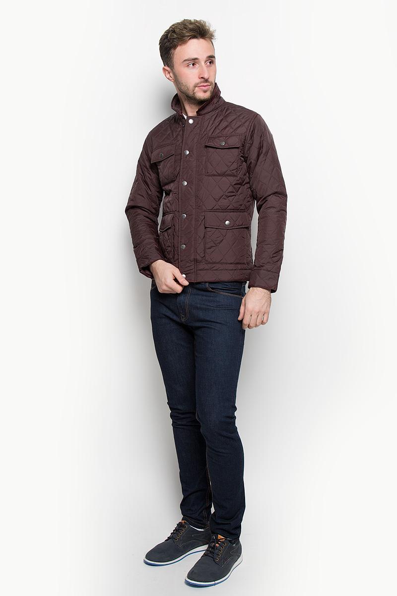 Куртка мужская Jack & Jones, цвет: бордово-коричневый. 12109189. Размер L (48)12109189_FudgeСтильная мужская куртка Jack & Jones, выполненная из высококачественного материала, рассчитана на прохладную погоду. Модель с утеплителем из полиэстера подарит вам максимальный комфорт. Куртка с отложным воротником застегивается на застежку-молнию и дополнительно имеет внешний ветрозащитный клапан на кнопках. Спереди расположены четыре кармана с клапанами на кнопках. С внутренней стороны модель дополнена карманом на липучке и одним врезным карманом на застежке-молнии. Манжеты снабжены хлястиком с кнопкой. Модная фактура ткани, отличное качество, великолепный дизайн.