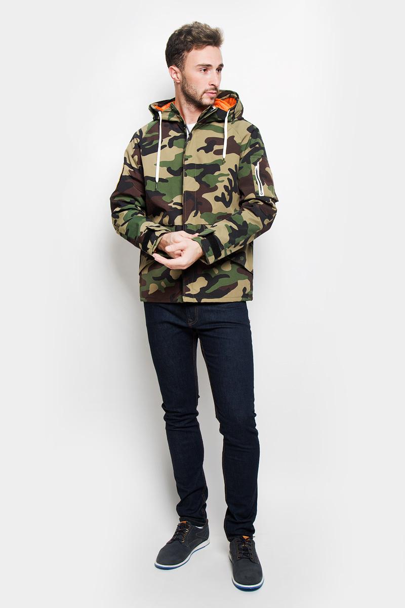 Куртка мужская Jack & Jones, цвет: зеленый, оливковый, коричневый. 12110119. Размер XL (50)12110119_Black ForestСтильная мужская куртка Jack & Jones, выполненная из высококачественногоматериала, рассчитана на прохладную погоду. Модель с утеплителем изполиэстера подарит вам максимальный комфорт. Изделие застегивается назастежку-молнию и дополнительно имеет внешний ветрозащитный клапан накнопках. Куртка с несъемным капюшоном, который регулируется по объему за счетшнурка. Манжеты снабжены хлястиком с липучкой для регулировки объема. Курткадополнена двумя внешними прорезными карманами, которые закрываются клапанами налипучках, на рукаве расположен накладной карман на застежке-молнии. С внутренней сторонырасположен карман на застежке-кнопке. Модель выполнена в стилемилитари. Правый рукав оформлен вышитой аппликацией на липучке. Модная фактура ткани, отличное качество, великолепный дизайн.