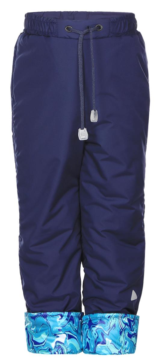 Брюки детские КотМарКот, цвет: темно-синий. 27601. Размер 92/98, 2-3 года27601Теплые детские брюки КотМарКот идеально подойдут для ребенка в прохладное время года. Брюки изготовлены высококачественного полиэстера с утеплителем из синтепона. Подкладка выполненная из натурального хлопка не раздражает даже самую нежную и чувствительную кожу ребенка, обеспечивая ему наибольший комфорт. Брюки на талии предусмотрена широкая эластичная резинка, которая позволяет надежно заправить в них водолазку или свитер. С внешней стороны пояс регулируется шнурком. Снизу брючины с отворотом. б Простые, надежные, практичные брюки сделает каждый день ребенка уютным и комфортным.